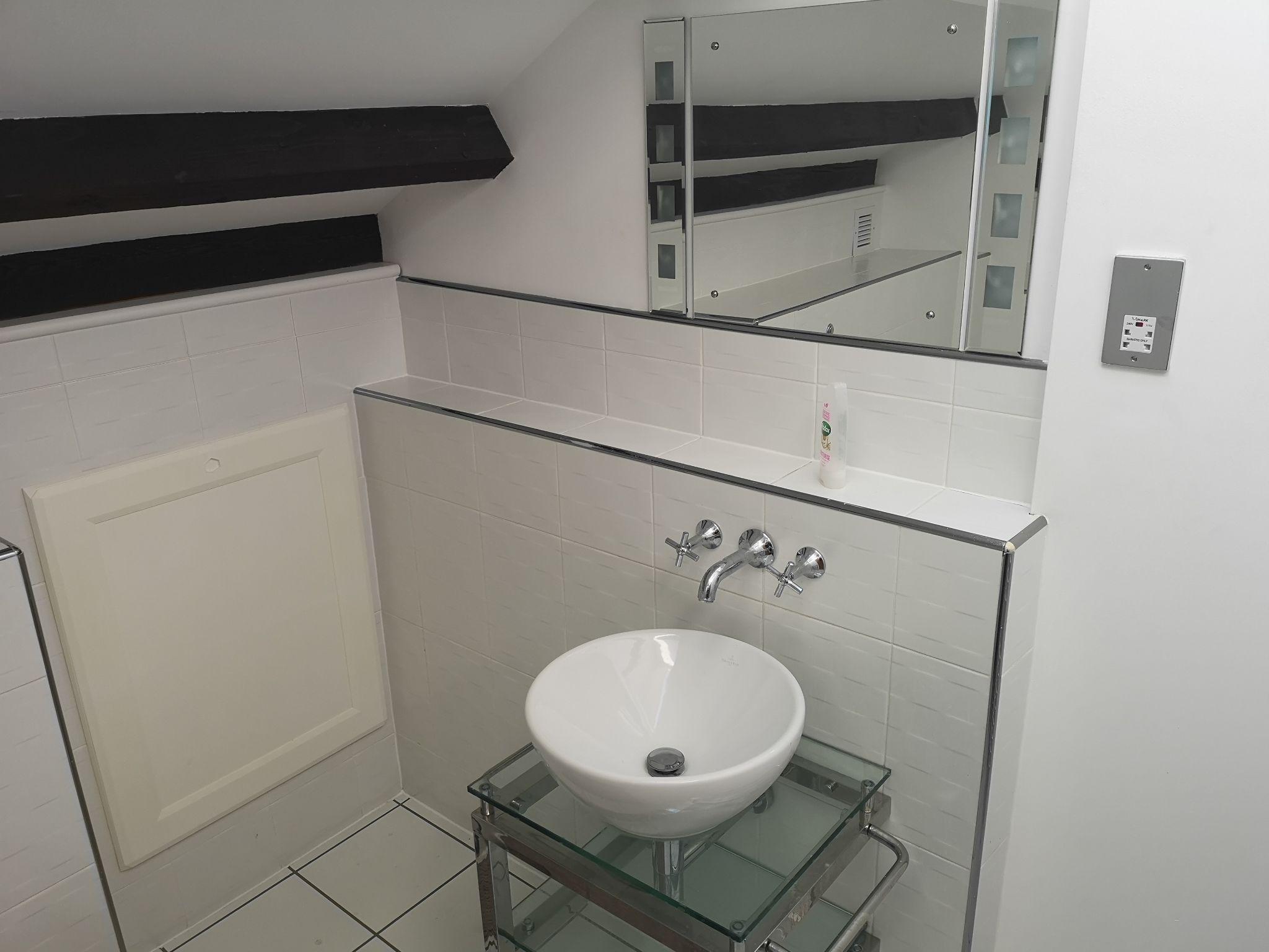 2 bedroom apartment flat/apartment Let in Huddersfield - Bathroom