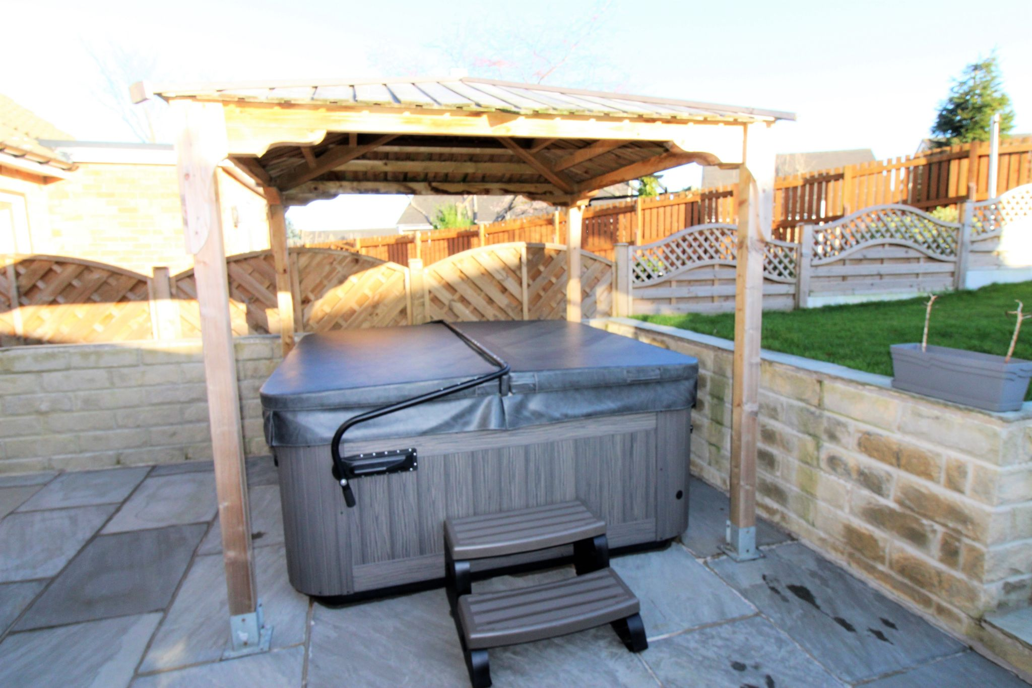 4 bedroom semi-detached bungalow SSTC in Brighouse - Hot tub