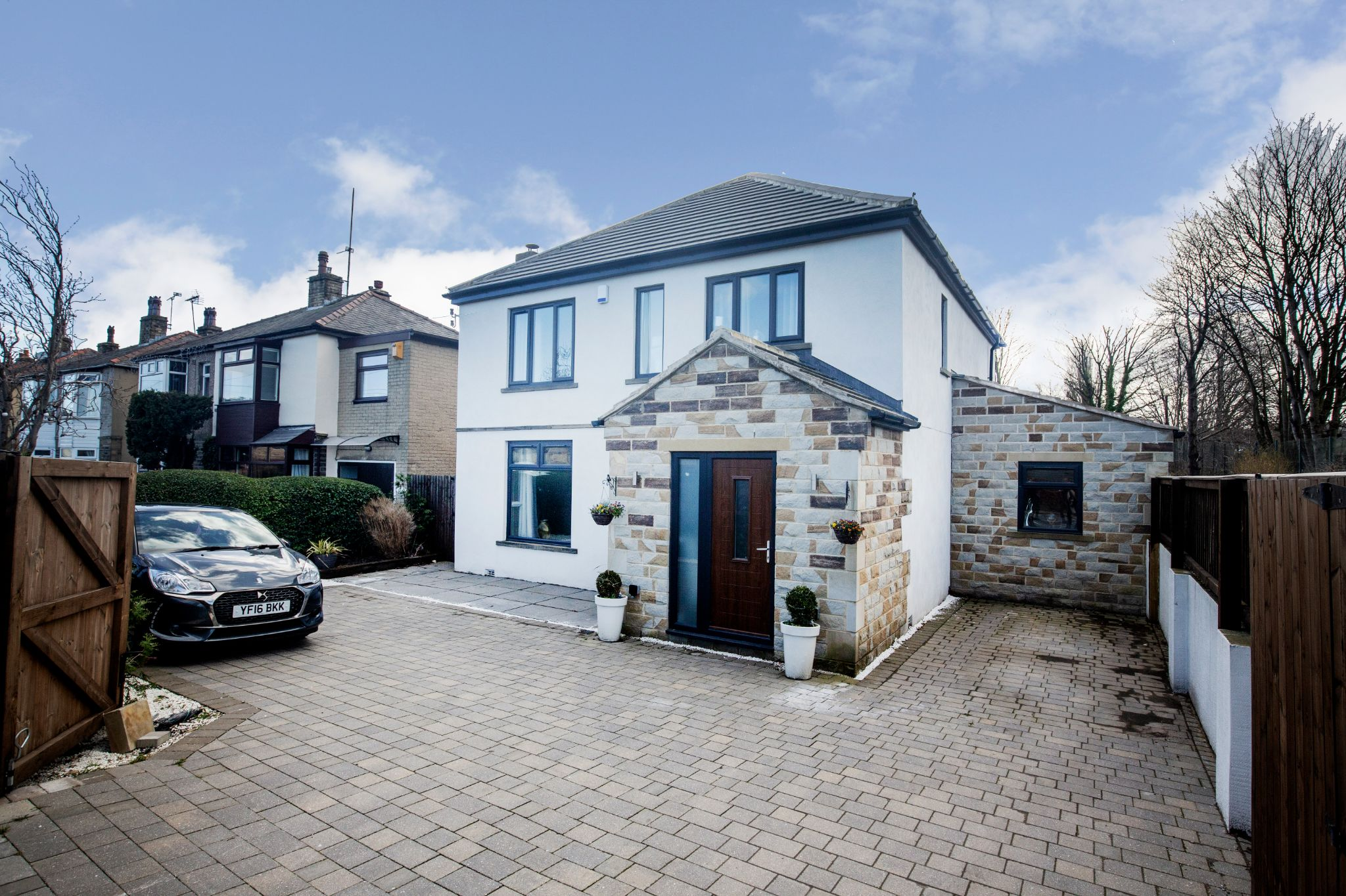 4 bedroom detached house Sale Agreed in Brighouse - Front elevation
