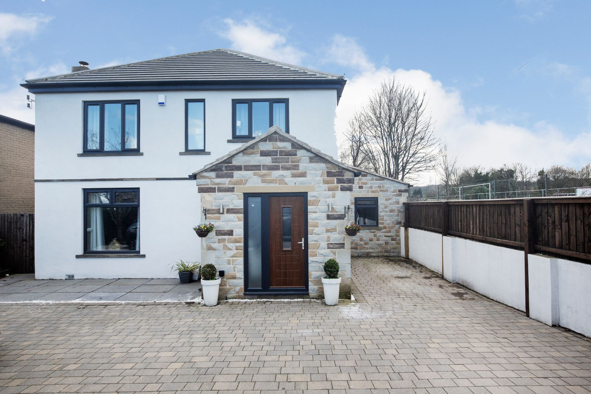 4 bedroom detached house For Sale in Brighouse - Property photograph