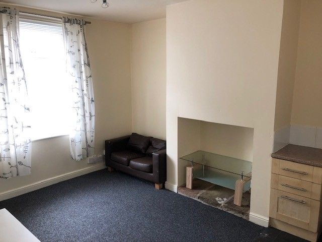 2 bedroom mid terraced house Reserved in Huddersfield - Lounge