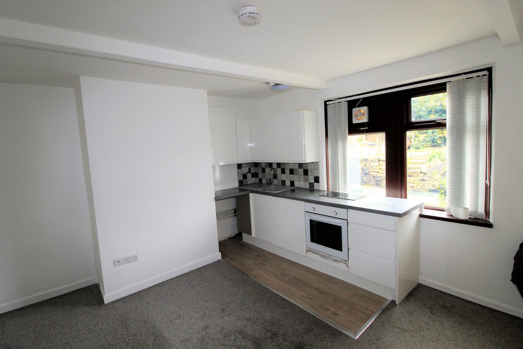 1 bedroom mid terraced house Let in Brighouse - Photograph 4