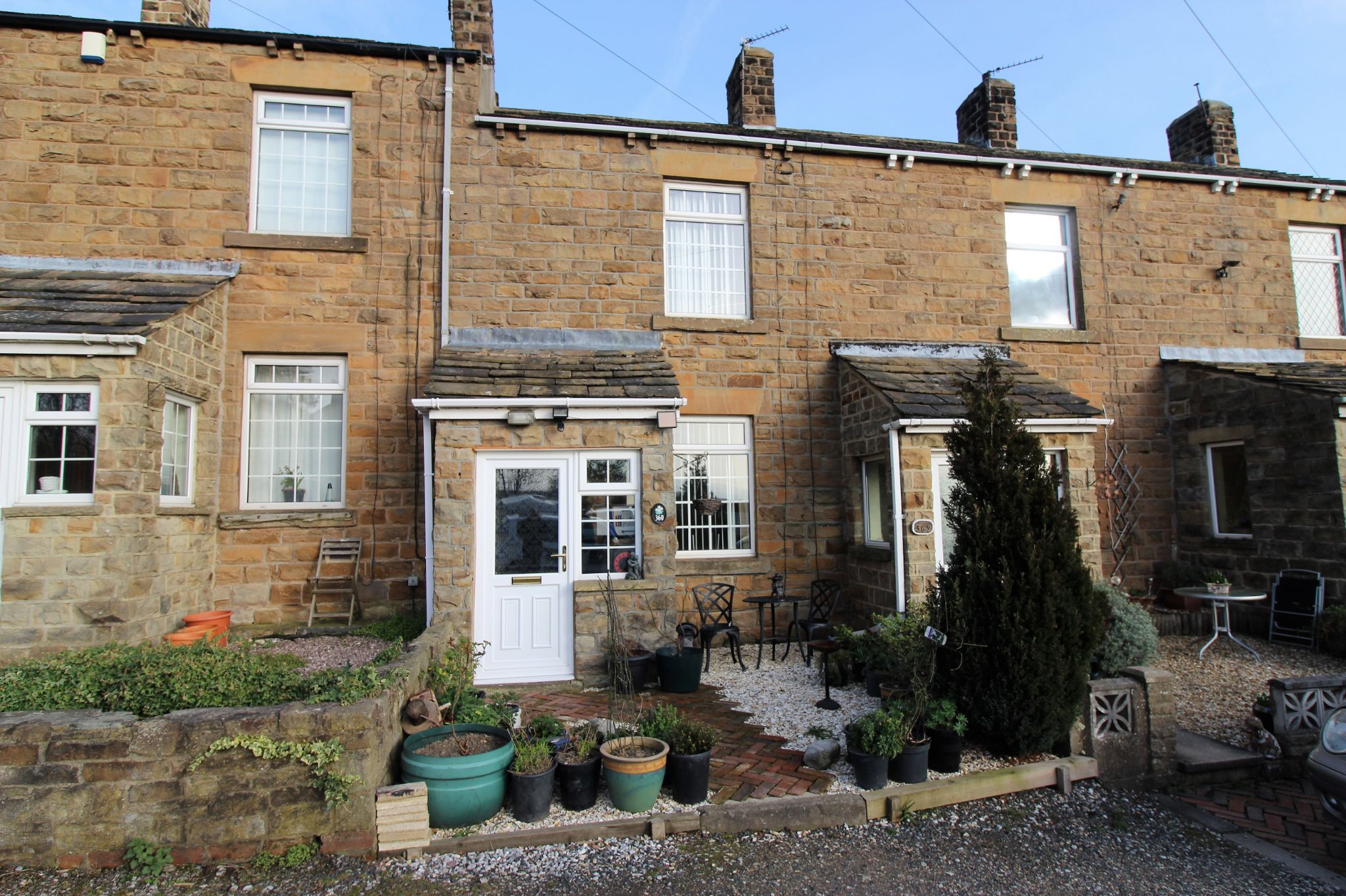 2 bedroom cottage house To Let in Wakefield - Front elevention