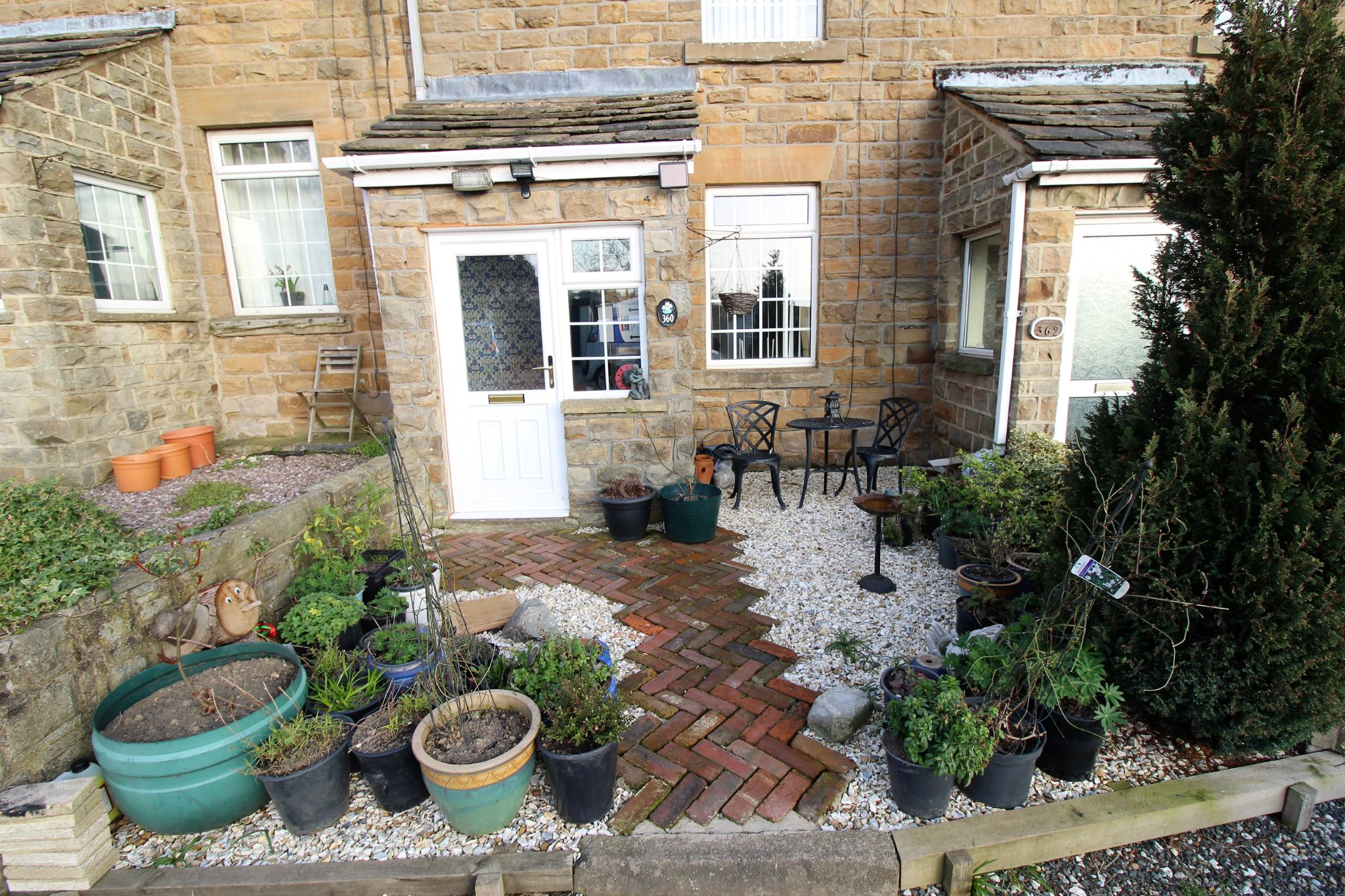 2 bedroom cottage house To Let in Wakefield - Front