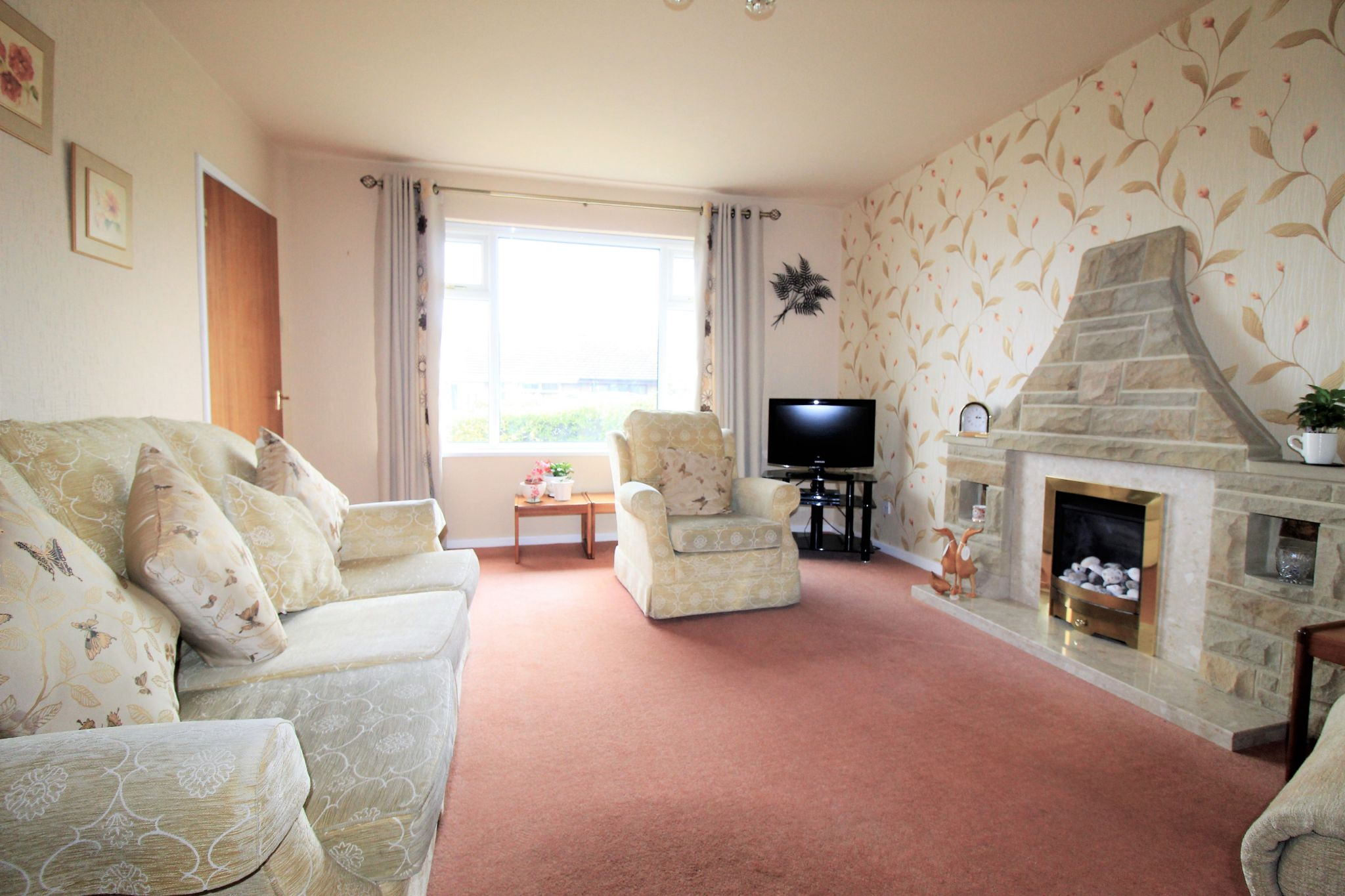 2 bedroom semi-detached bungalow SSTC in Bradford - Lounge