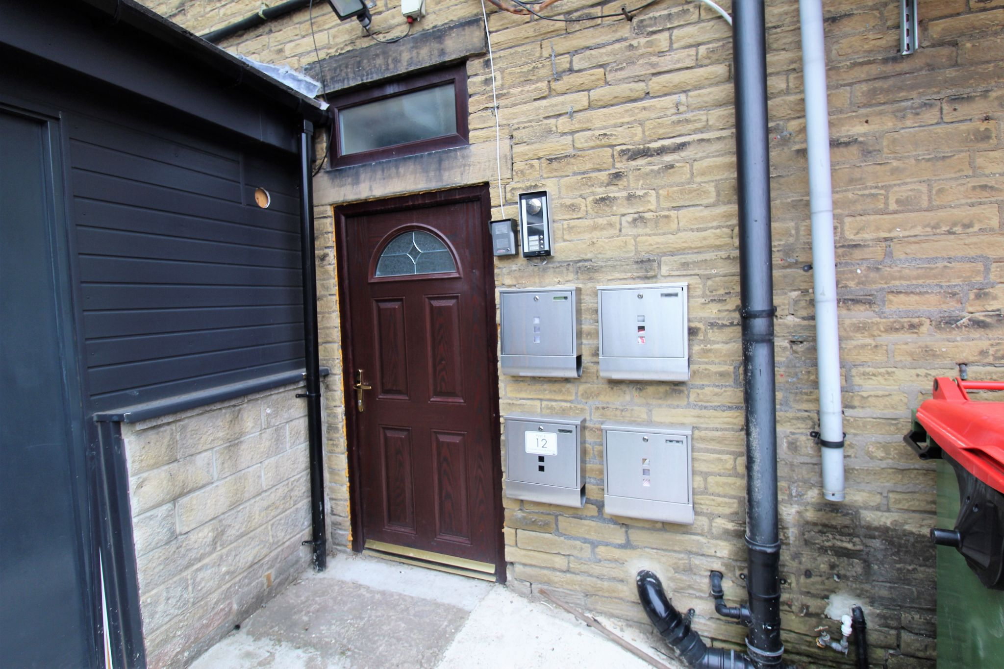 1 bedroom bedsit flat/apartment Let in Brighouse - Communal entrance with intercom entry