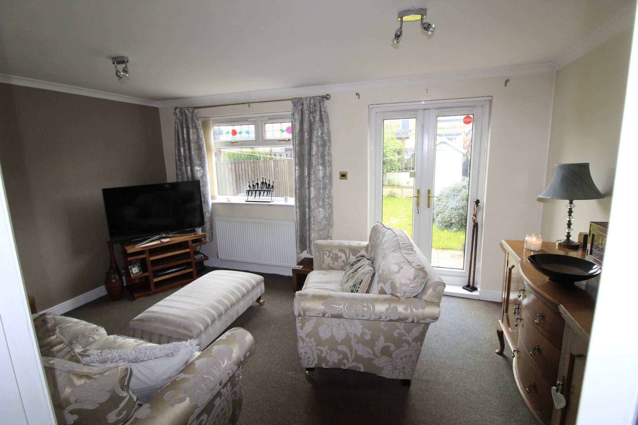 3 bedroom mid terraced house Let in Brighouse - Lounge