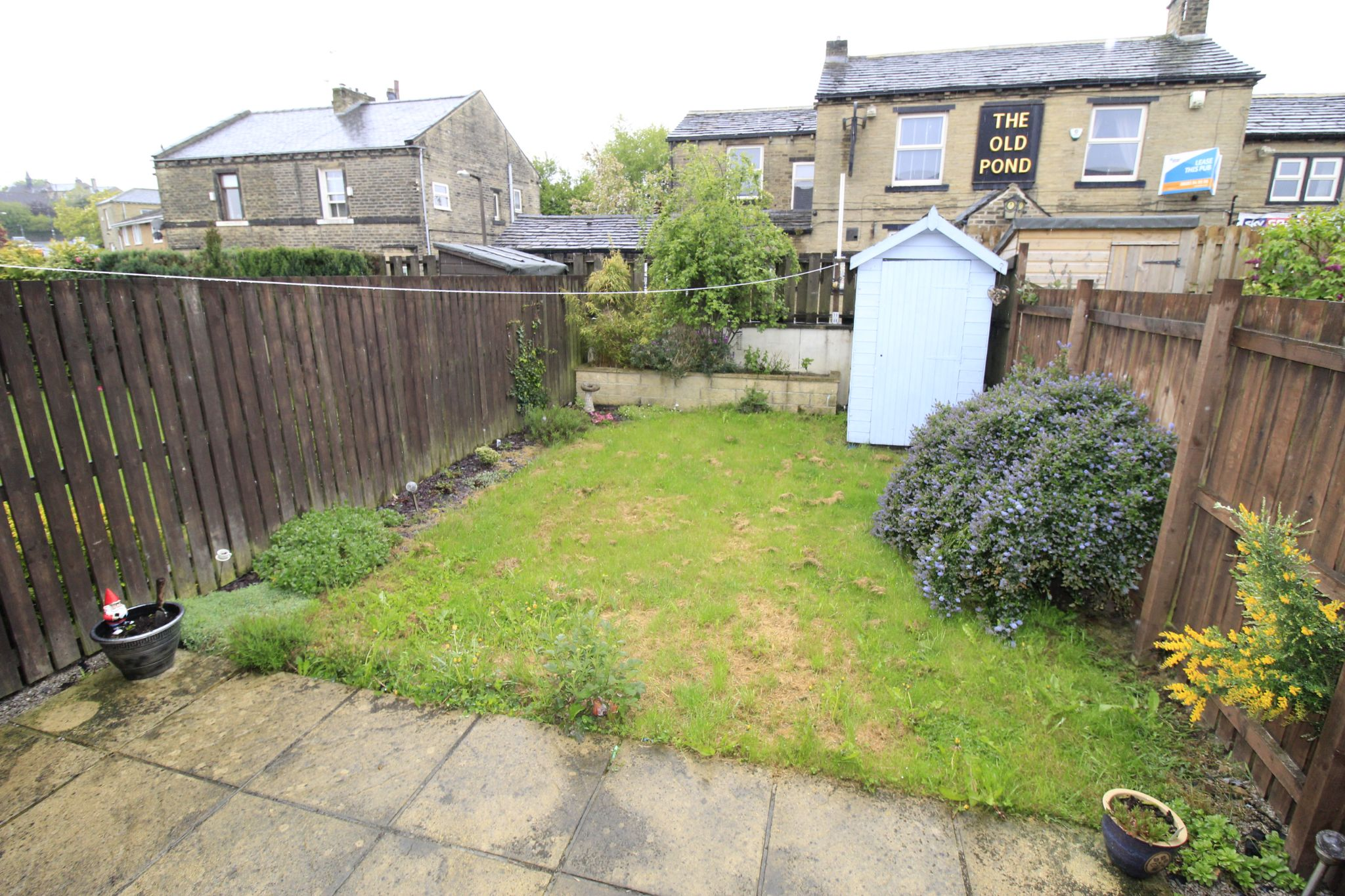 3 bedroom mid terraced house Let in Brighouse - Garden