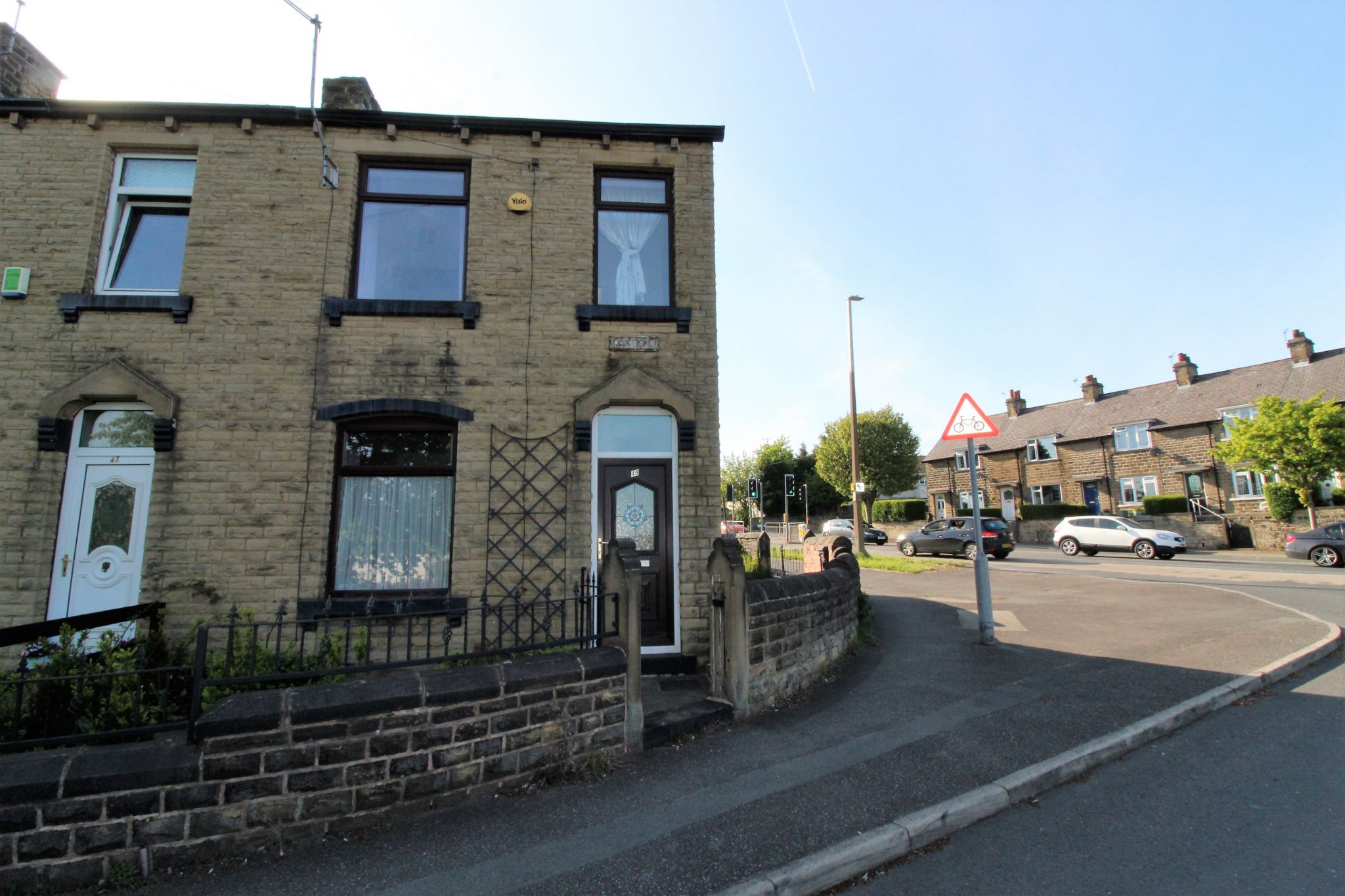 2 bedroom end terraced house For Sale in Huddersfield - Photograph 1
