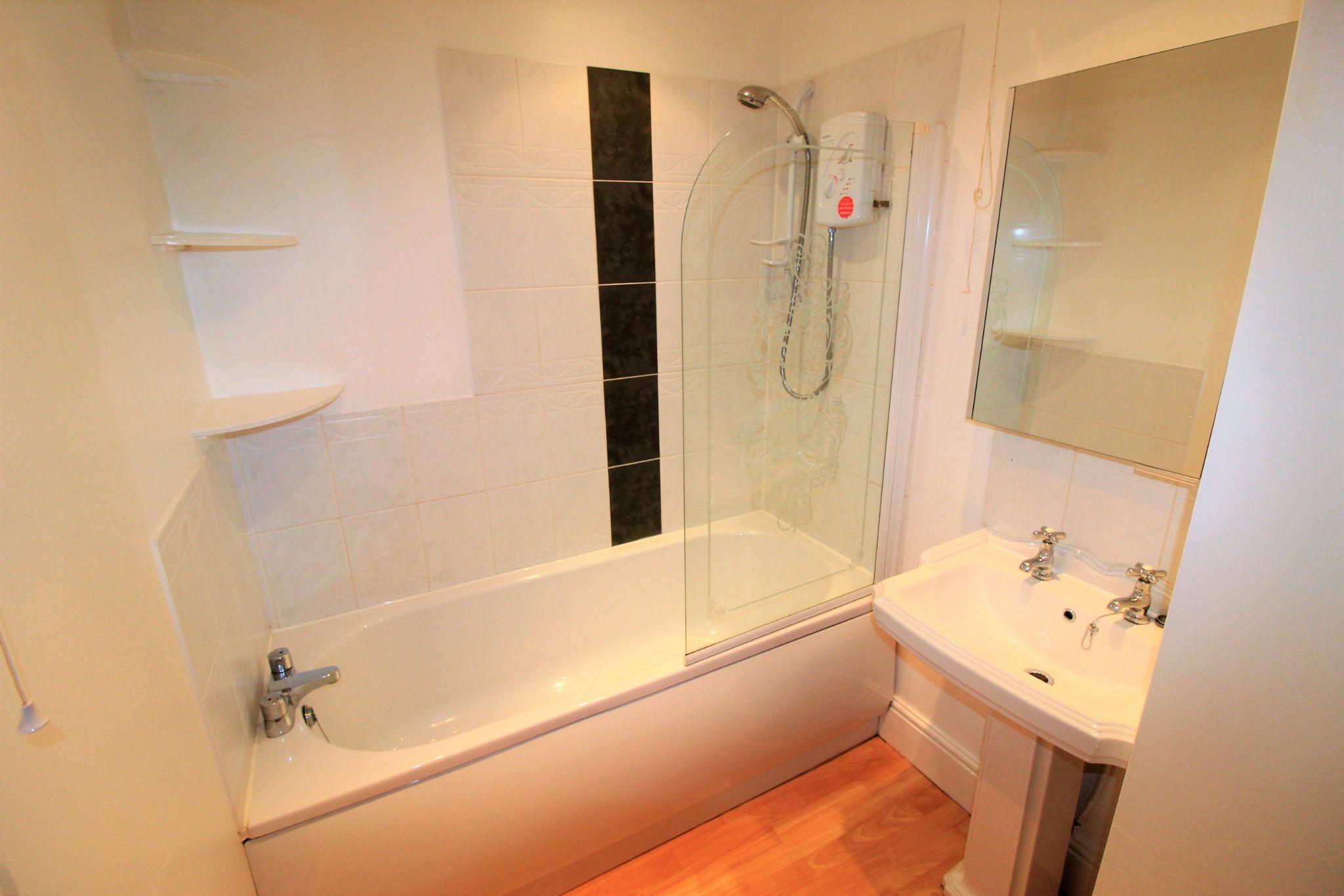 1 bedroom flat flat/apartment Let in Huddersfield - En-suite bathroom