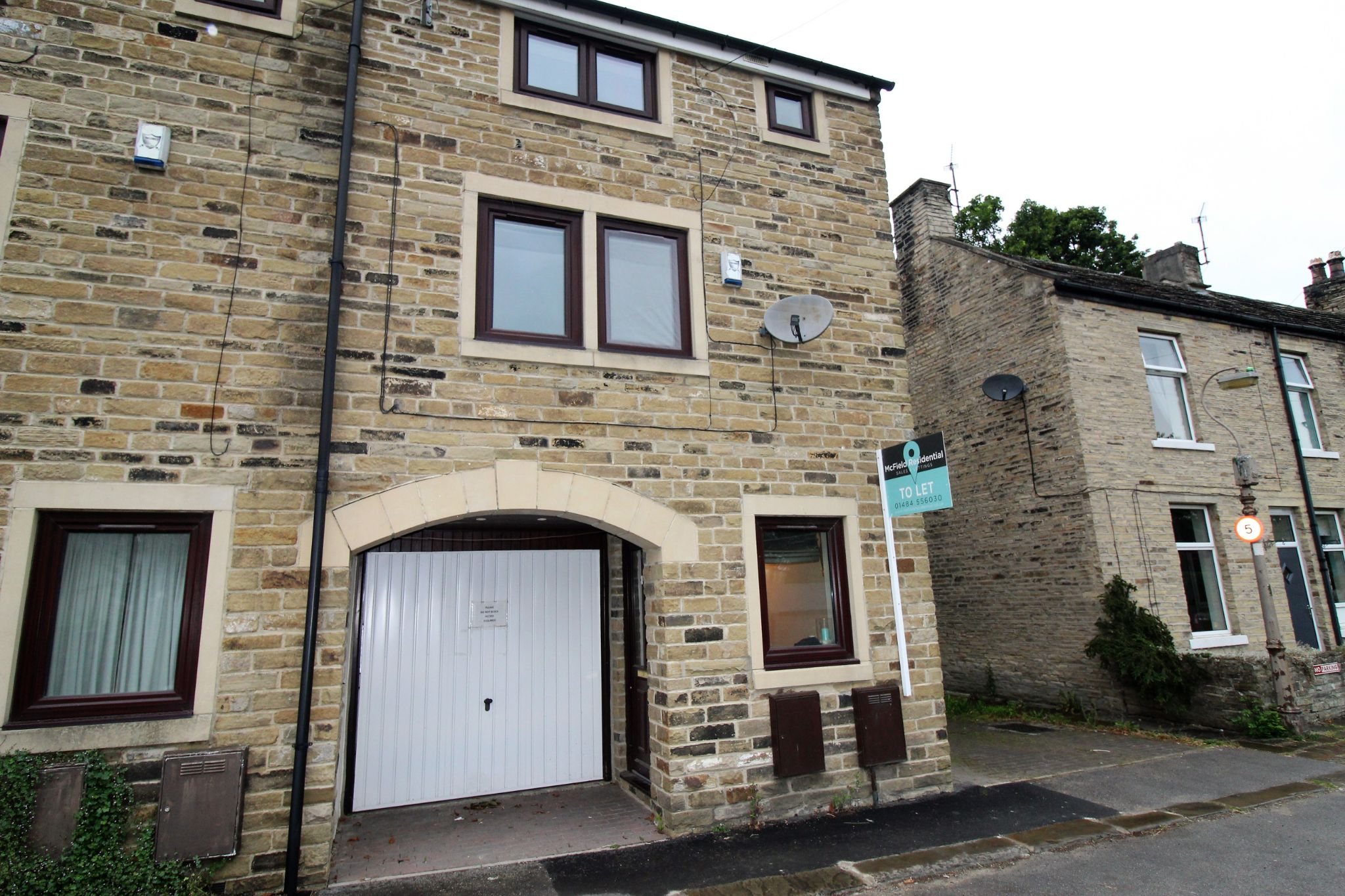 2 bedroom town house Let in Halifax - Front aspect