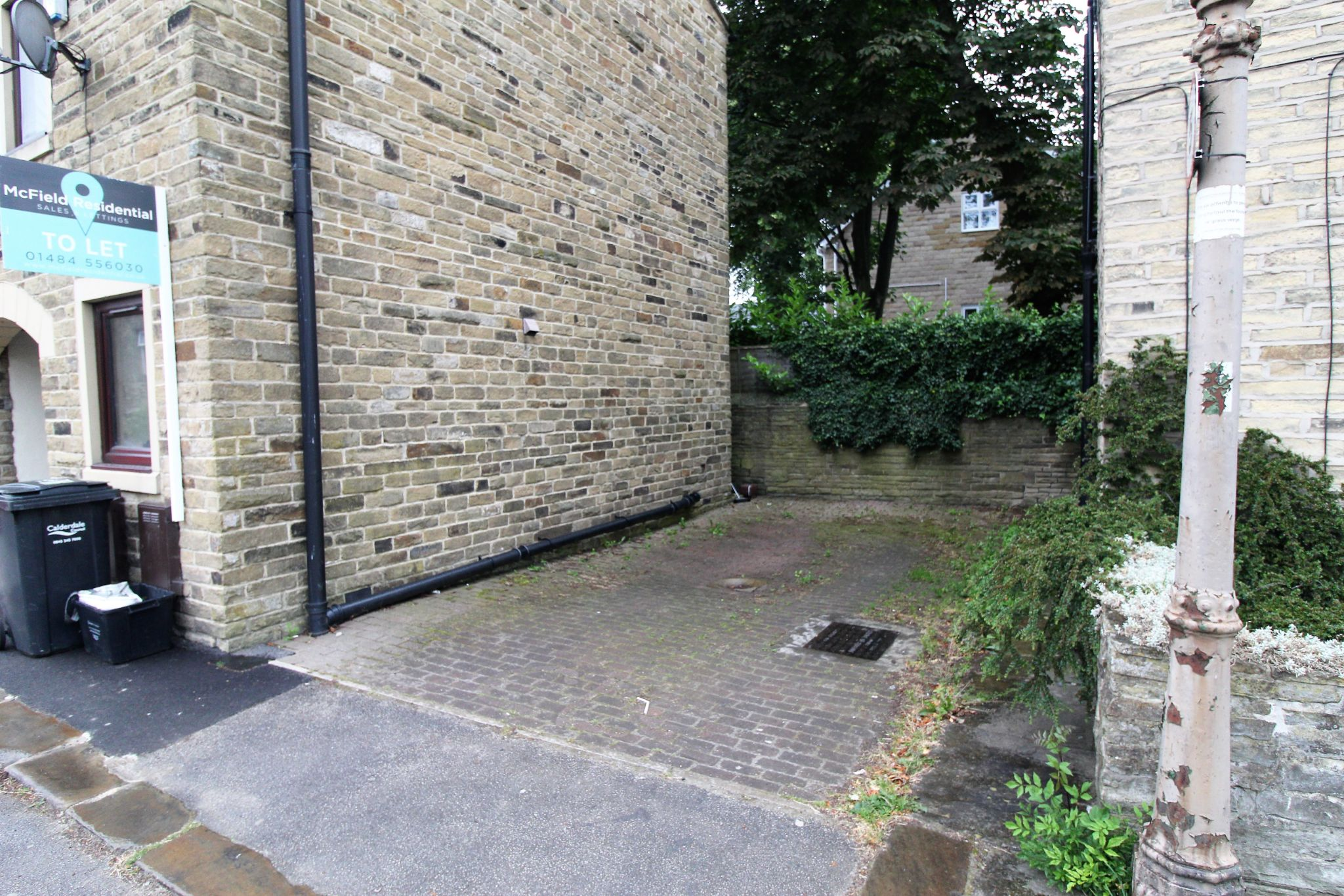 2 bedroom town house Let in Halifax - Driveway