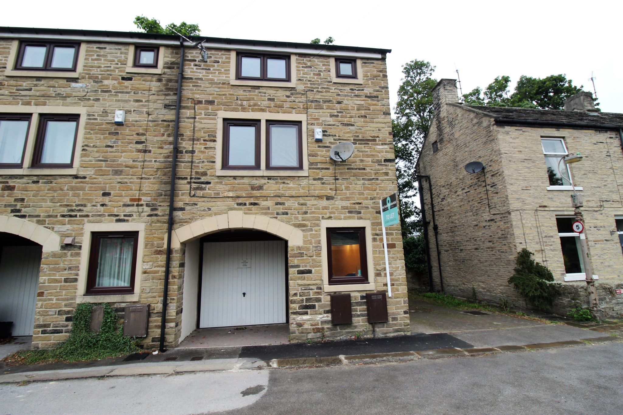 2 bedroom town house To Let in Halifax - Front aspect