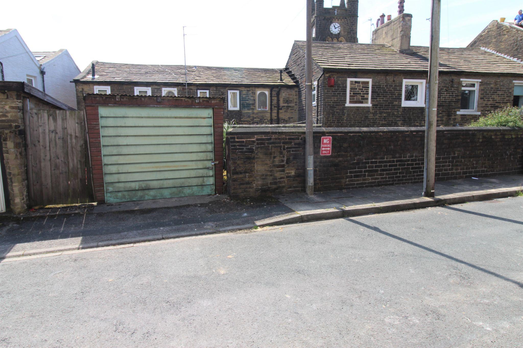 3 bedroom mid terraced house SSTC in Bradford - Garage