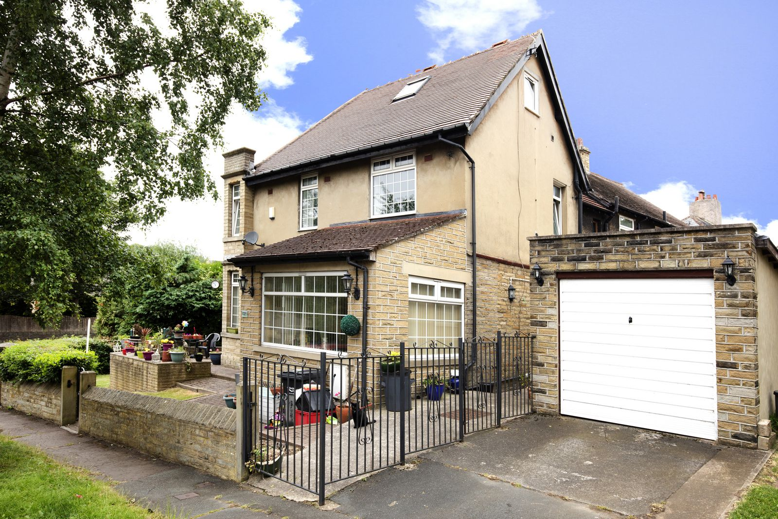 3 bedroom end terraced house For Sale in Bailiff Bridge - Photograph 1