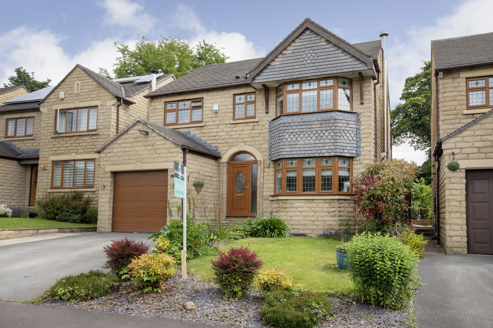 4 bedroom detached house Sold in Brighouse - Photograph 2