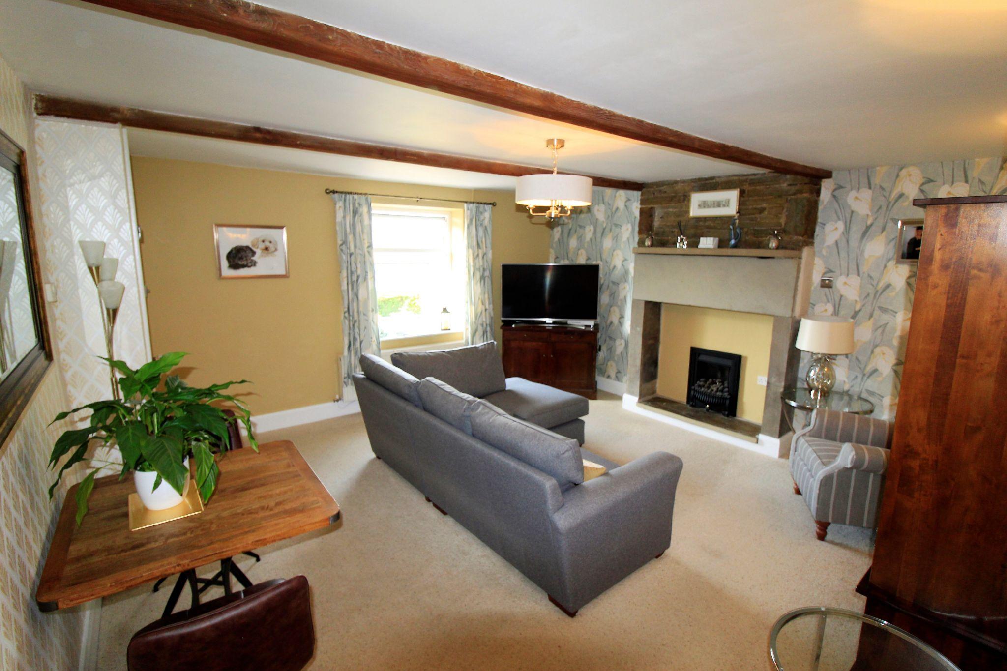 2 bedroom cottage house SSTC in Huddersfield - Lounge
