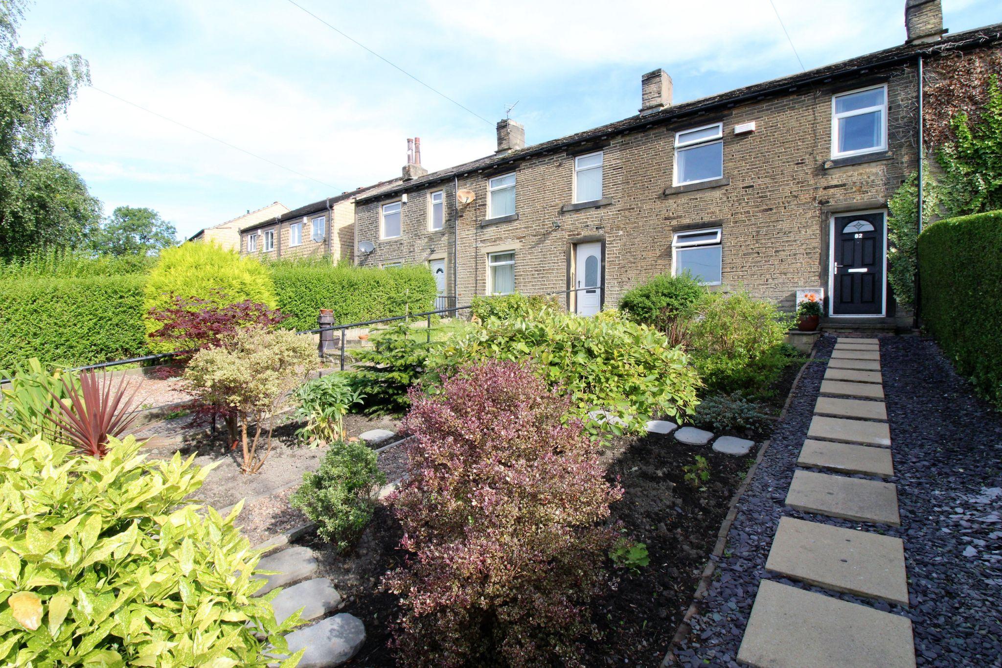 2 bedroom cottage house SSTC in Huddersfield - Front garden