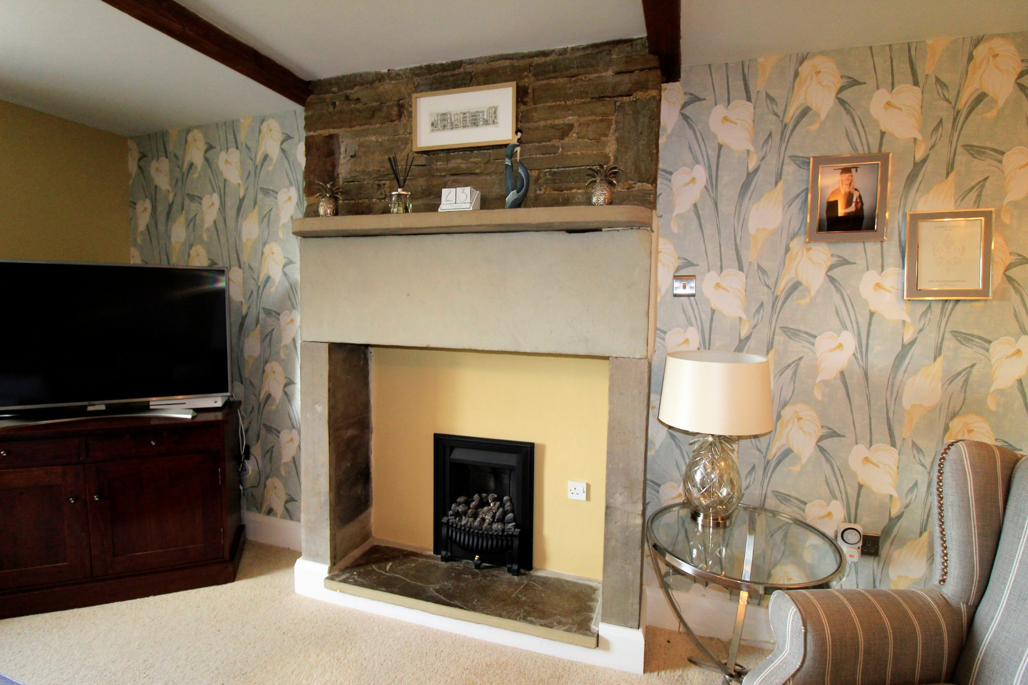 2 bedroom cottage house SSTC in Huddersfield - Attractive fire place
