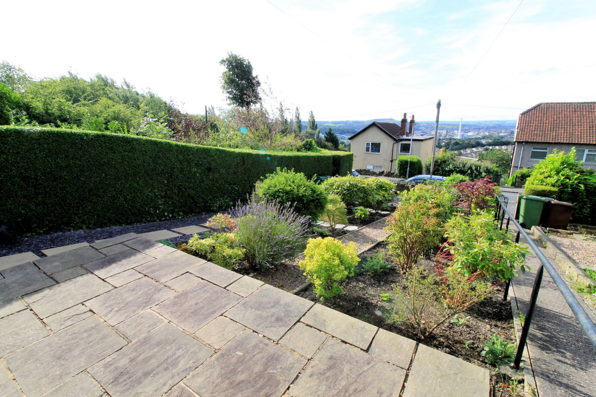 2 bedroom cottage house SSTC in Huddersfield - Front patio seating area