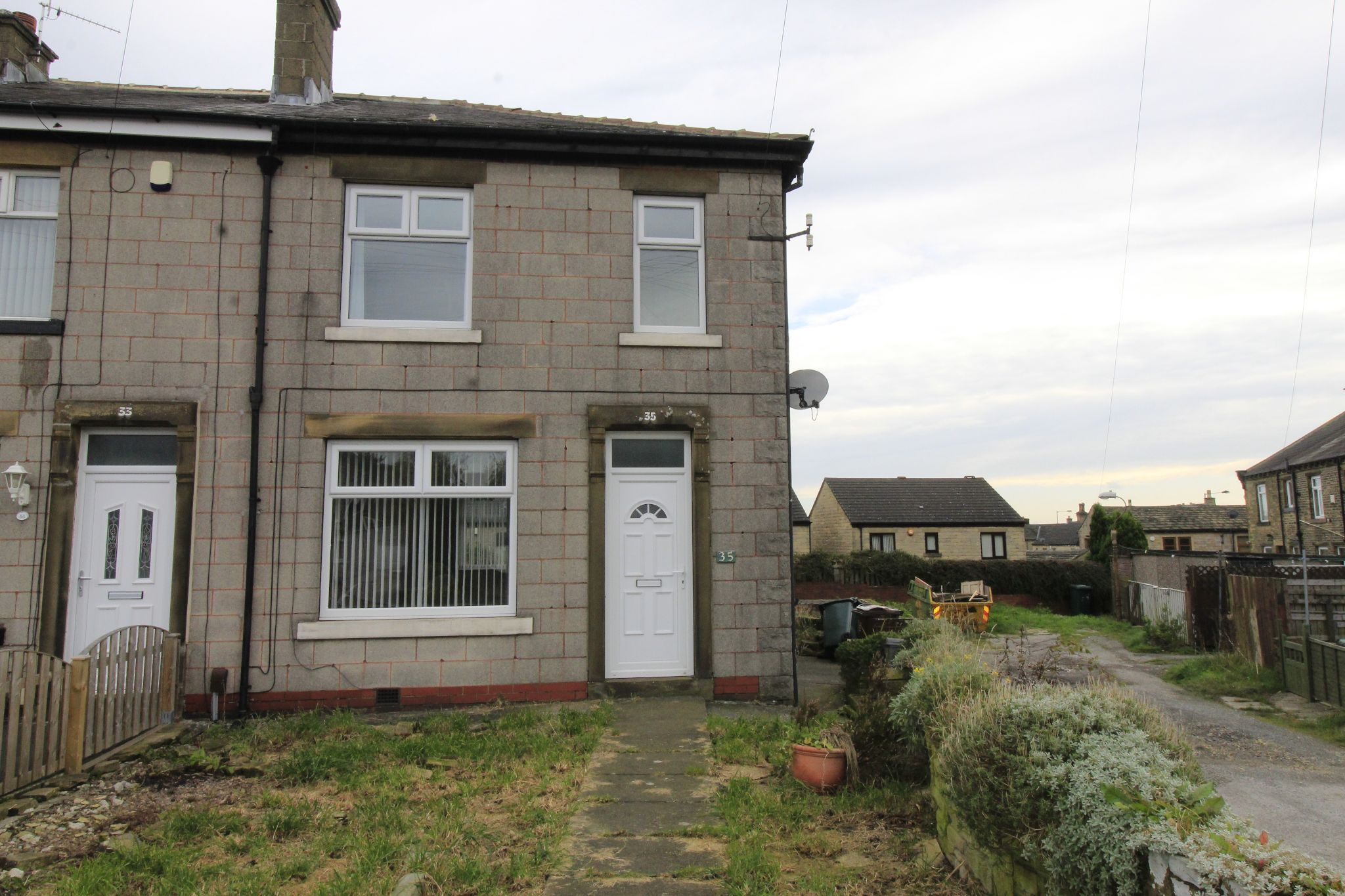 3 bedroom end terraced house Let in Bradford - Front aspect