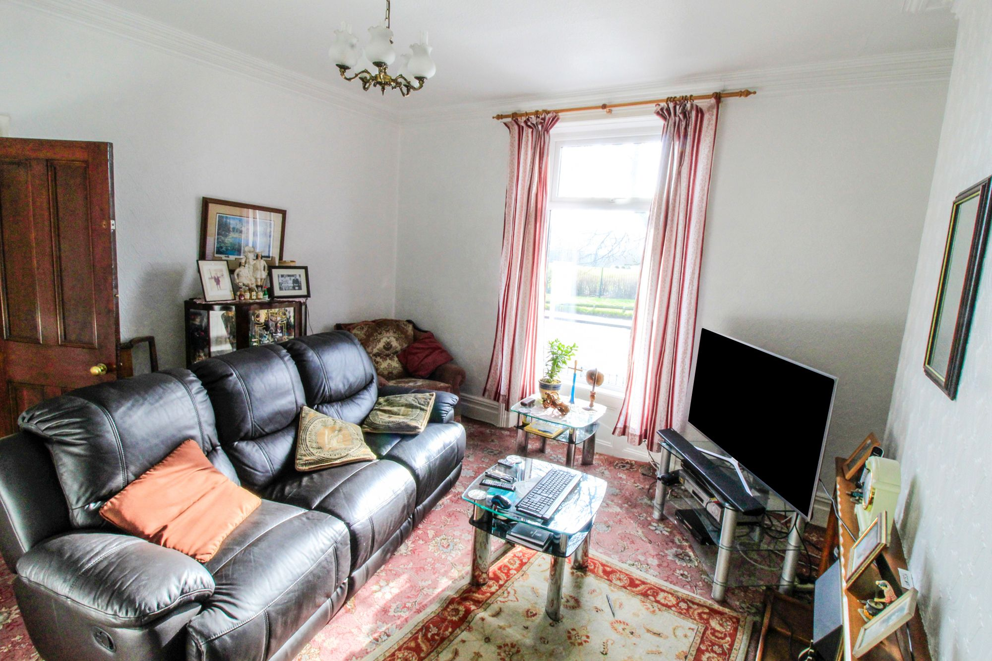3 bedroom semi-detached house Sale Agreed in Huddersfield - Lounge