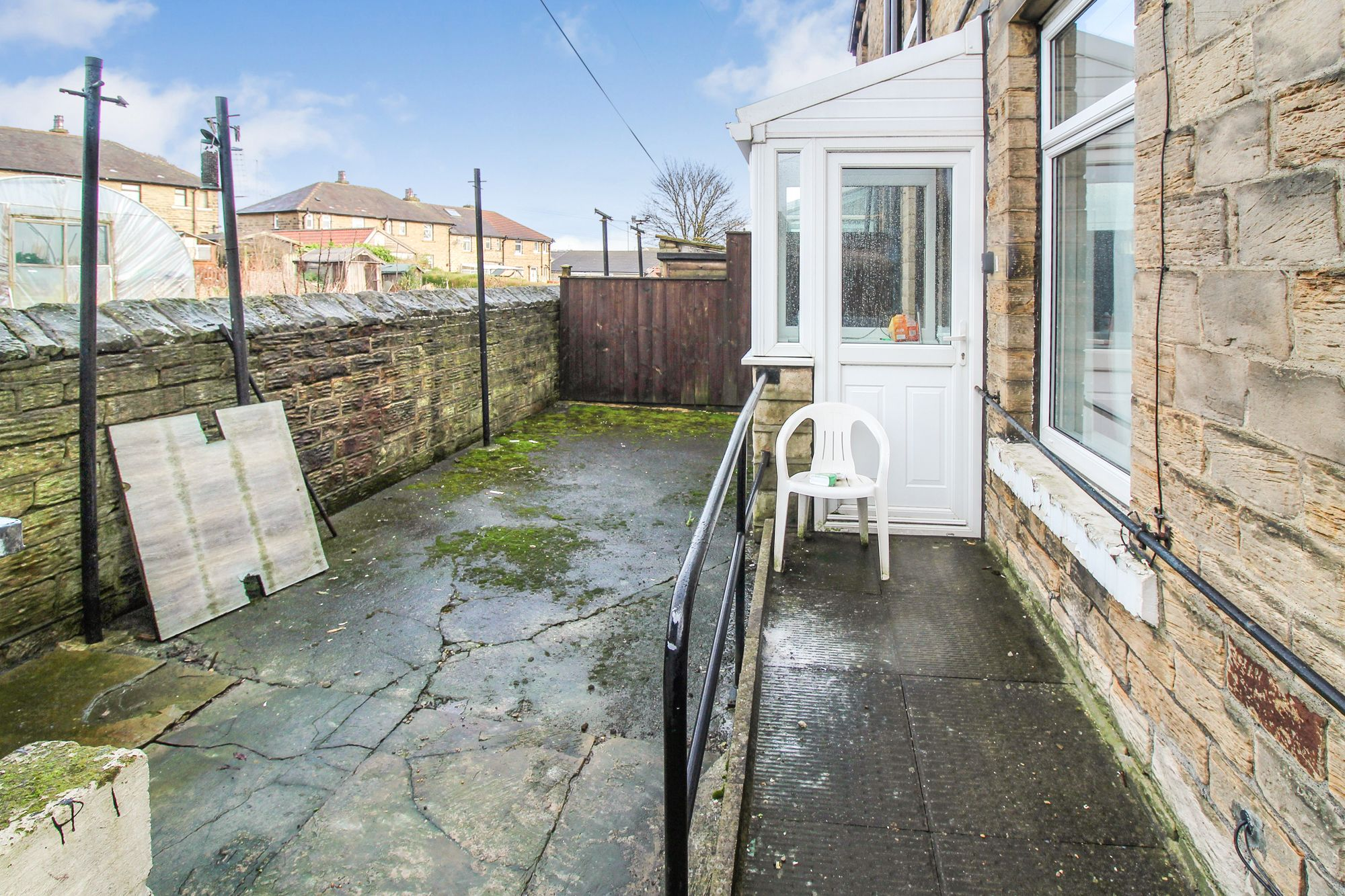 3 bedroom semi-detached house Sale Agreed in Huddersfield - Rear yard
