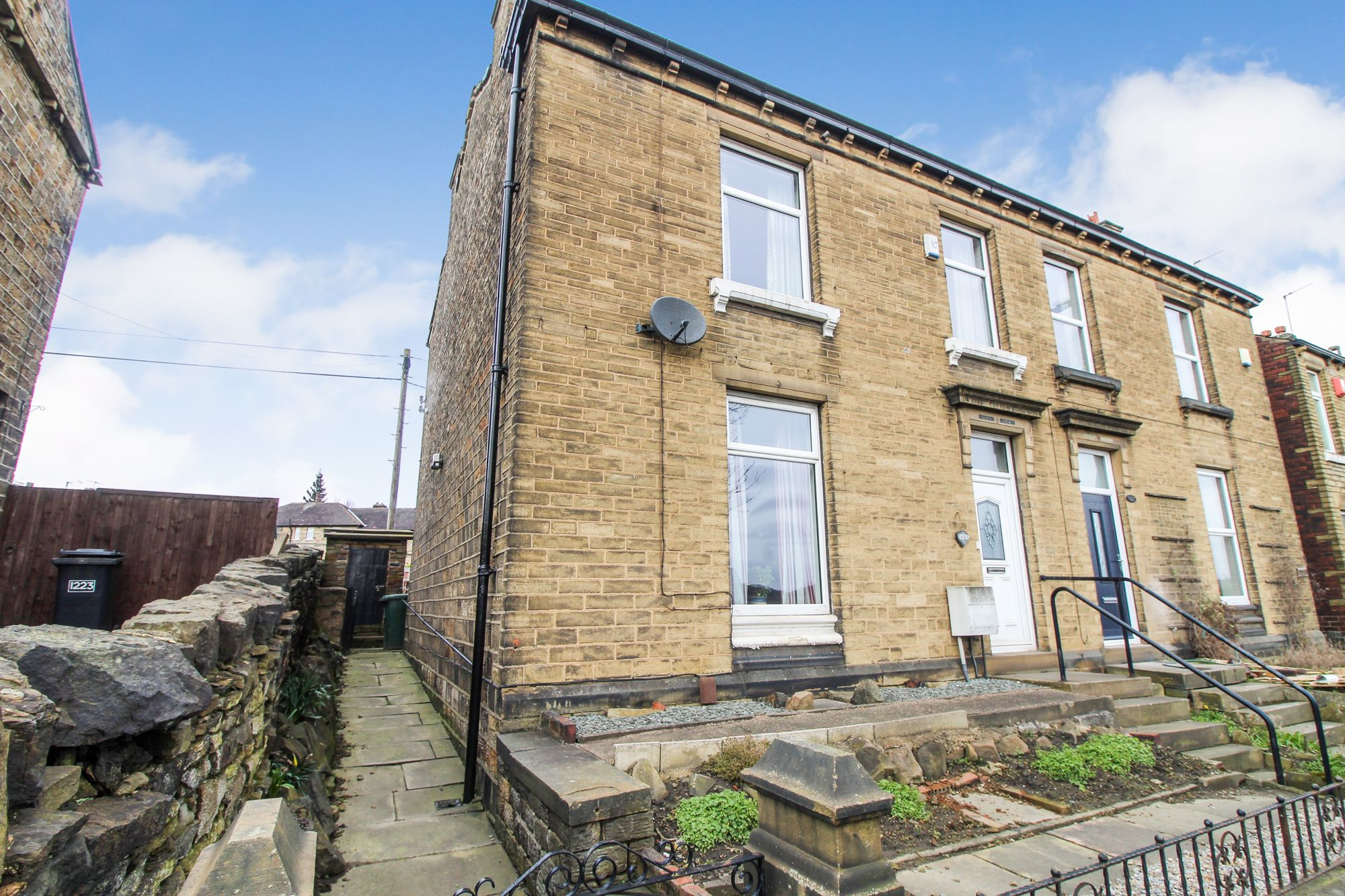 3 bedroom semi-detached house Sale Agreed in Huddersfield - Front aspect