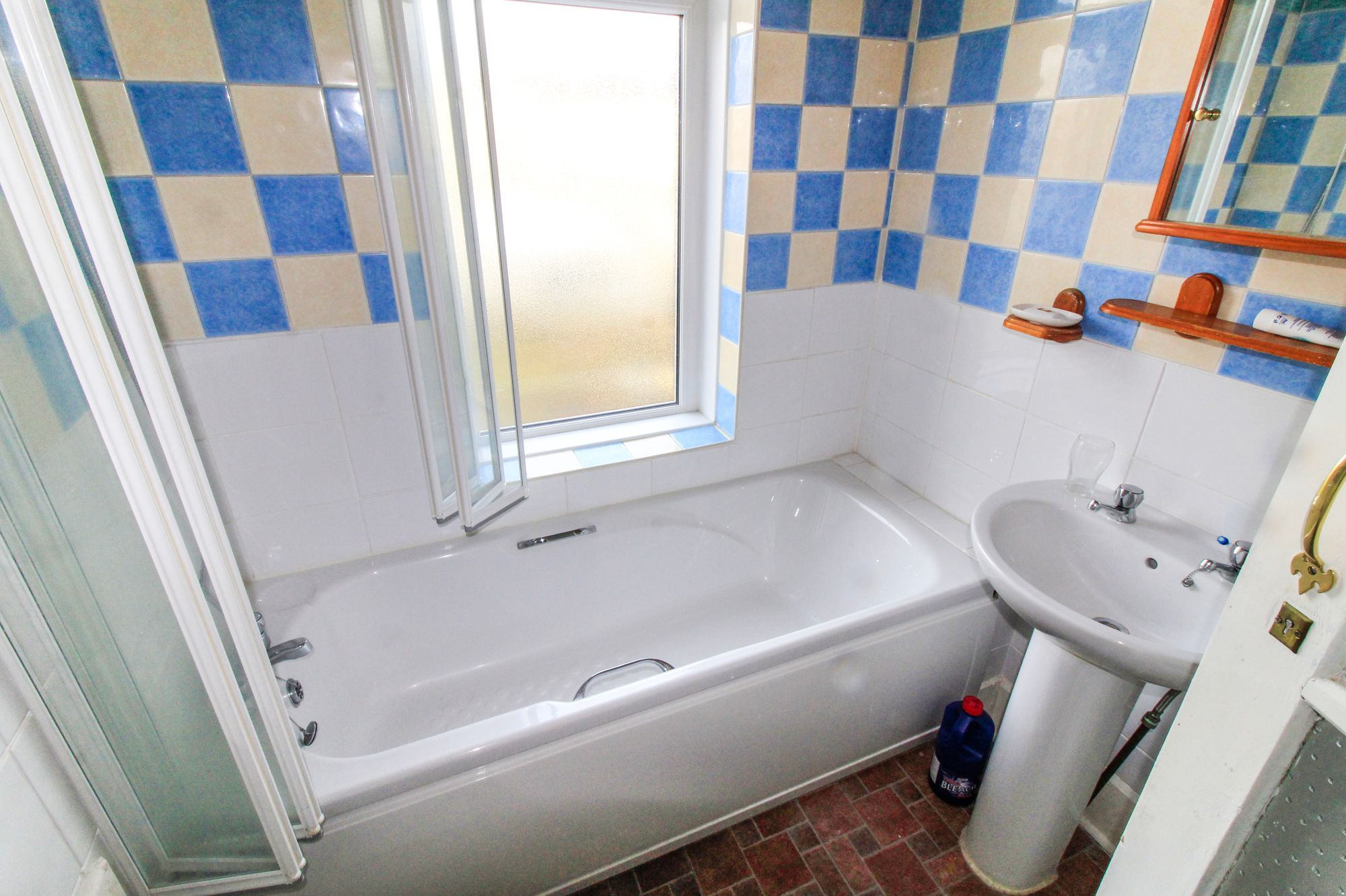 3 bedroom semi-detached house Sale Agreed in Huddersfield - Bathroom