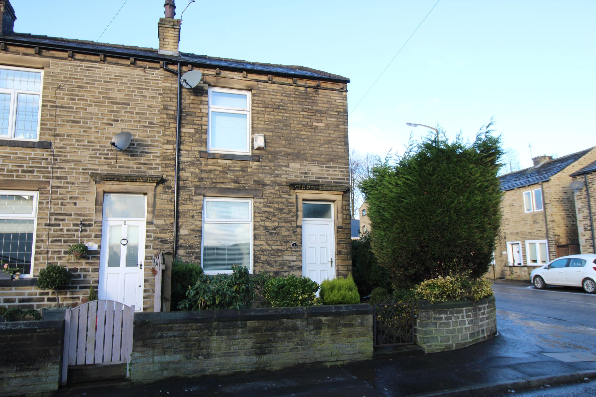 2 bedroom end terraced house Let in Halifax - Front elevation