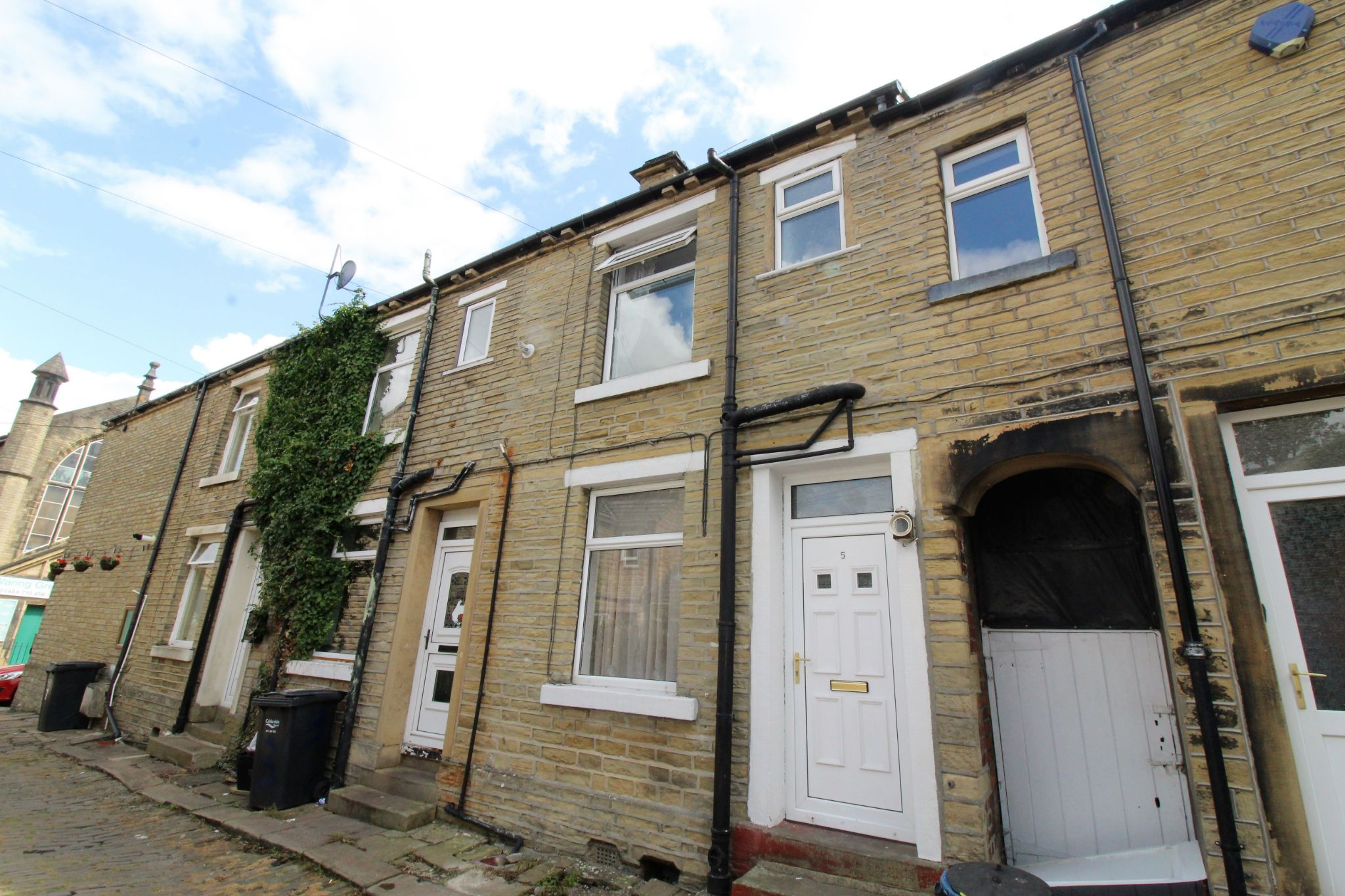1 bedroom mid terraced house Let in Brighouse - Front elevation