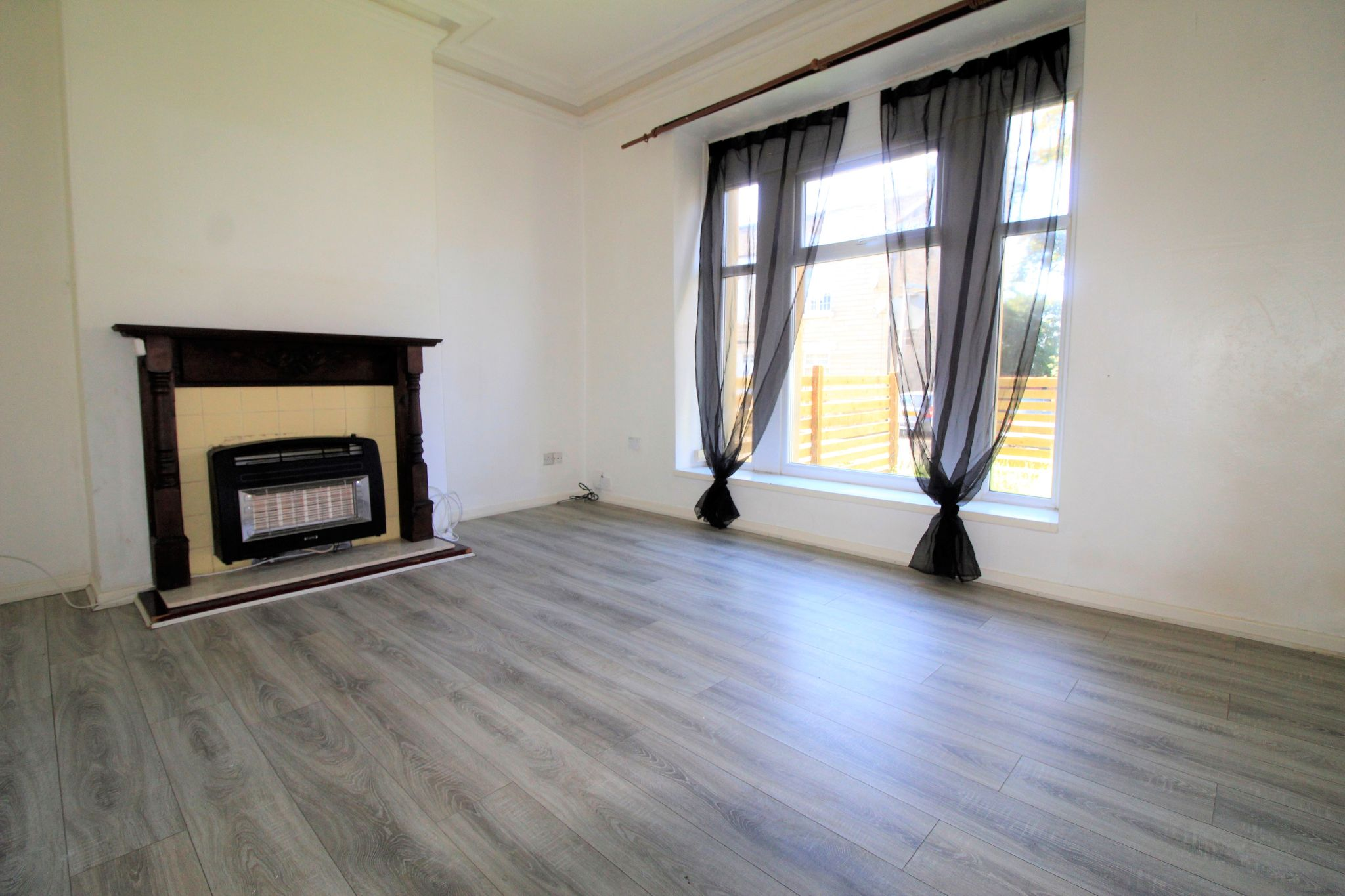 1 bedroom flat flat/apartment Let in Huddersfield - Photograph 2