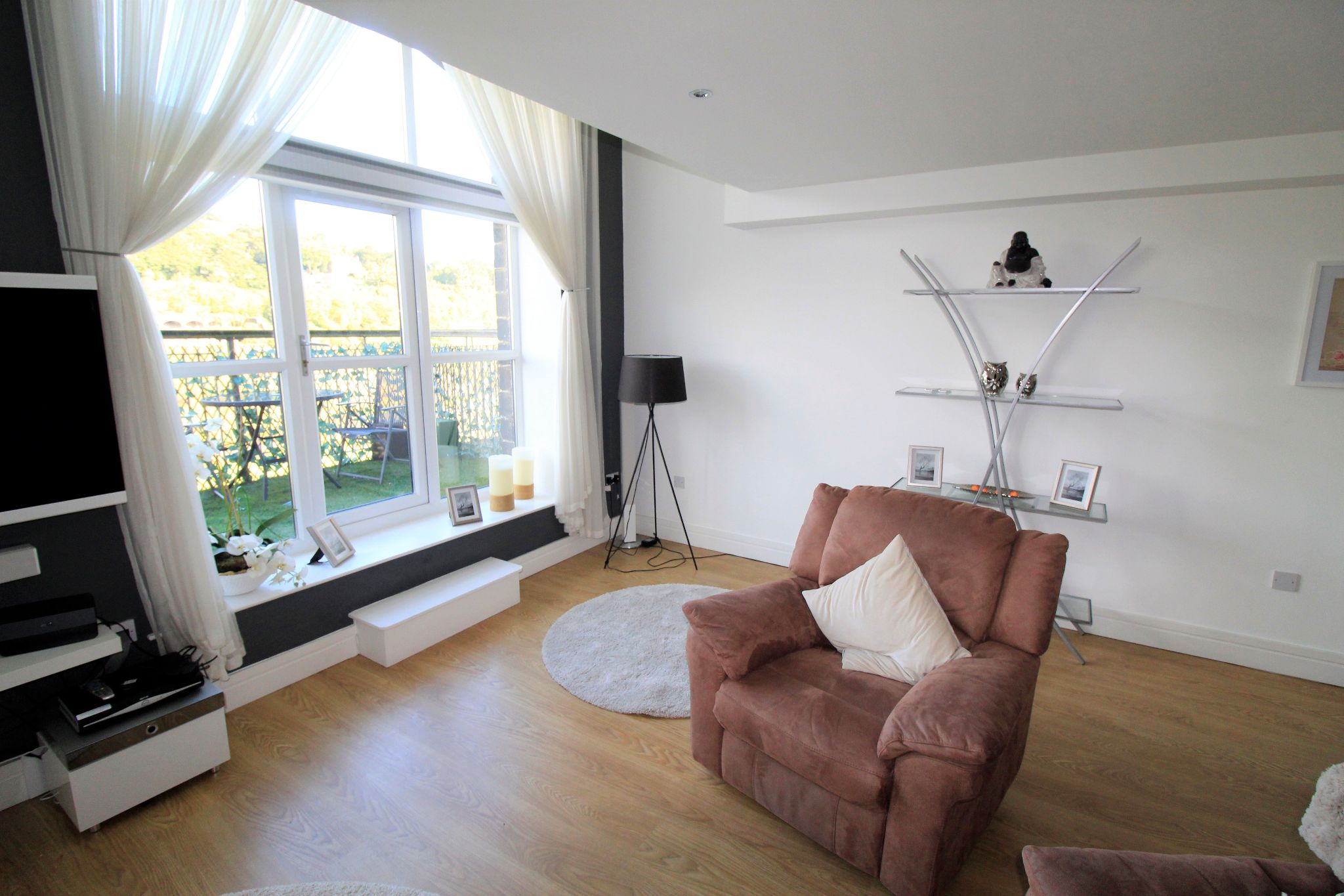 2 bedroom penthouse flat/apartment Let in Huddersfield - Photograph 3