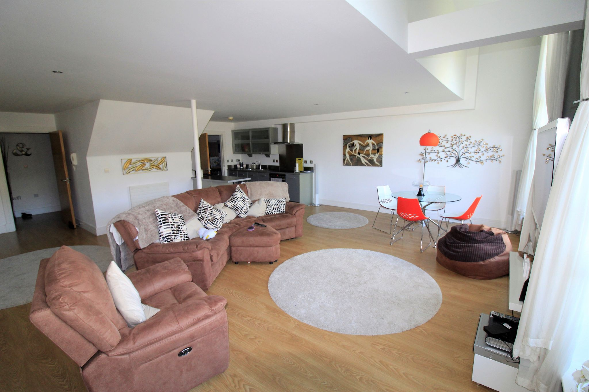 2 bedroom penthouse flat/apartment Let in Huddersfield - Photograph 4