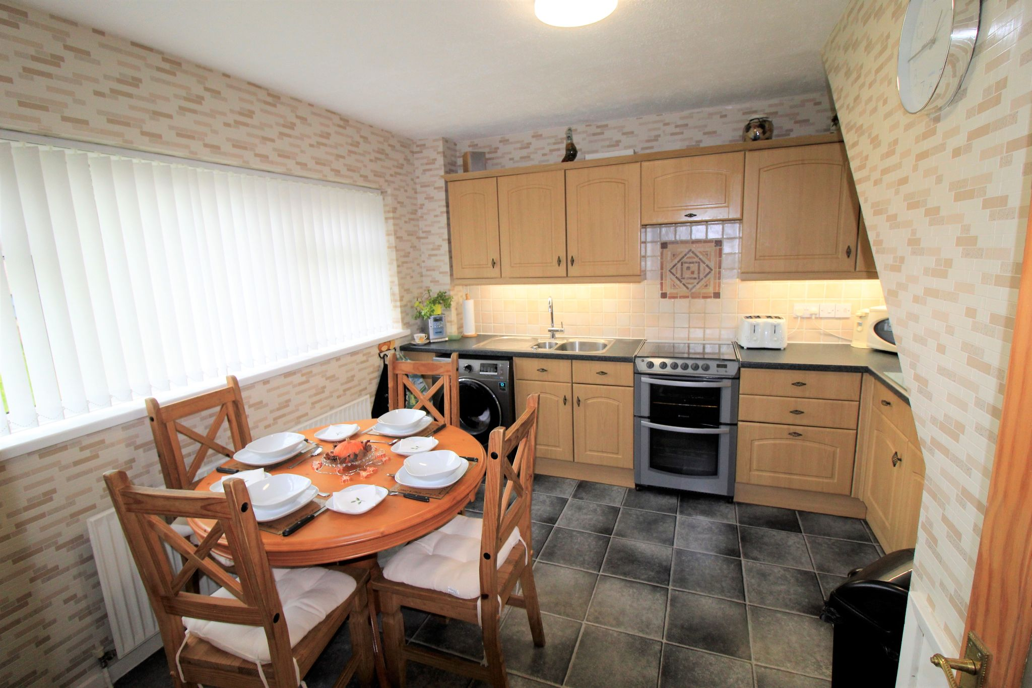 3 bedroom semi-detached house For Sale in Bradford - Property photograph