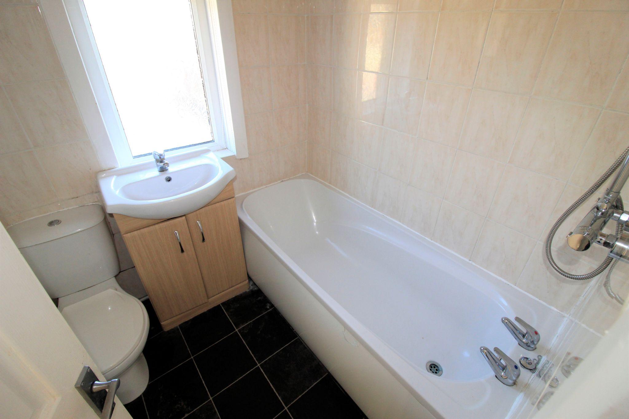 2 bedroom semi-detached house Let in Bradford - Bathroom
