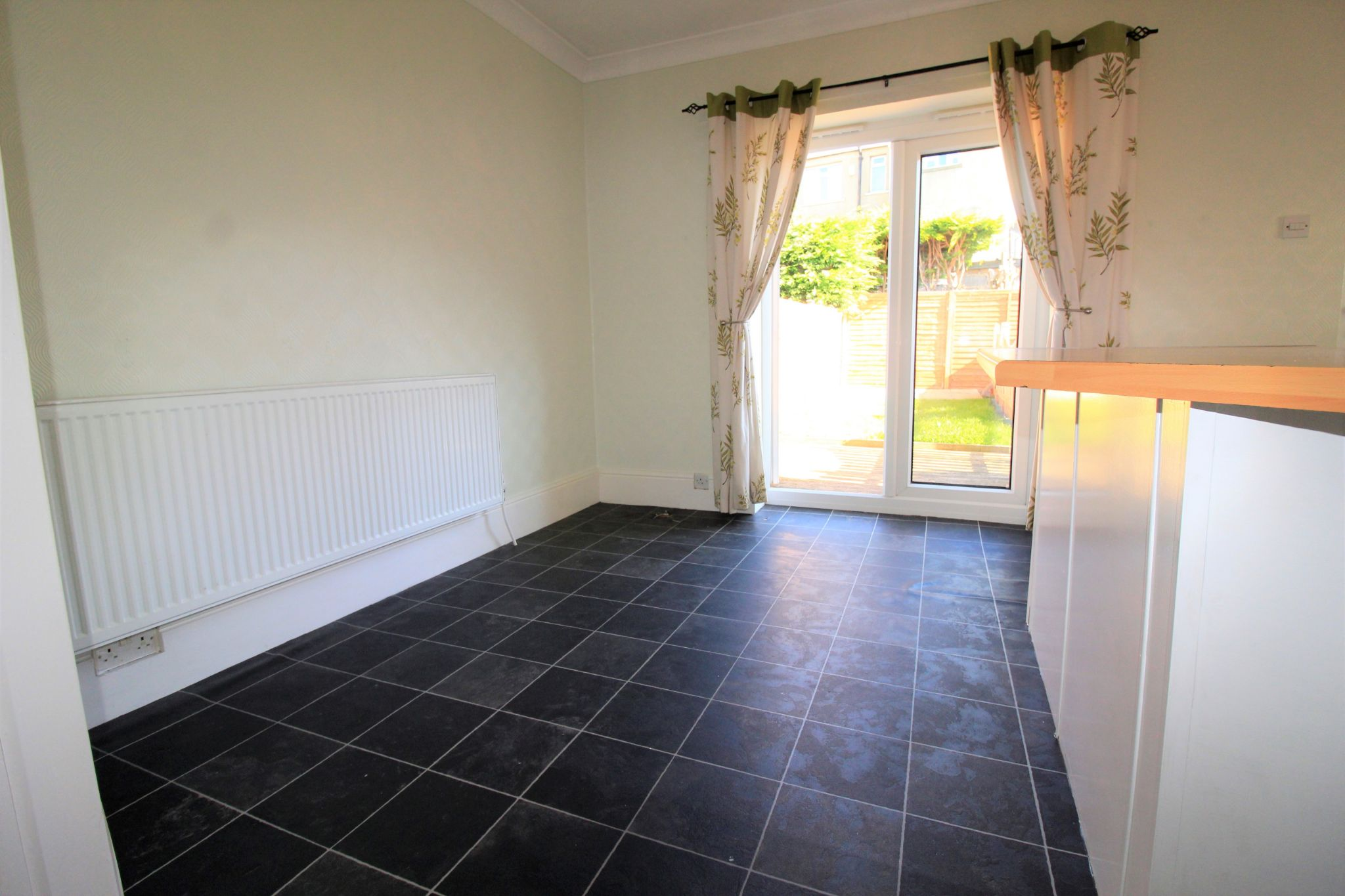 2 bedroom semi-detached house Let in Bradford - Dining area
