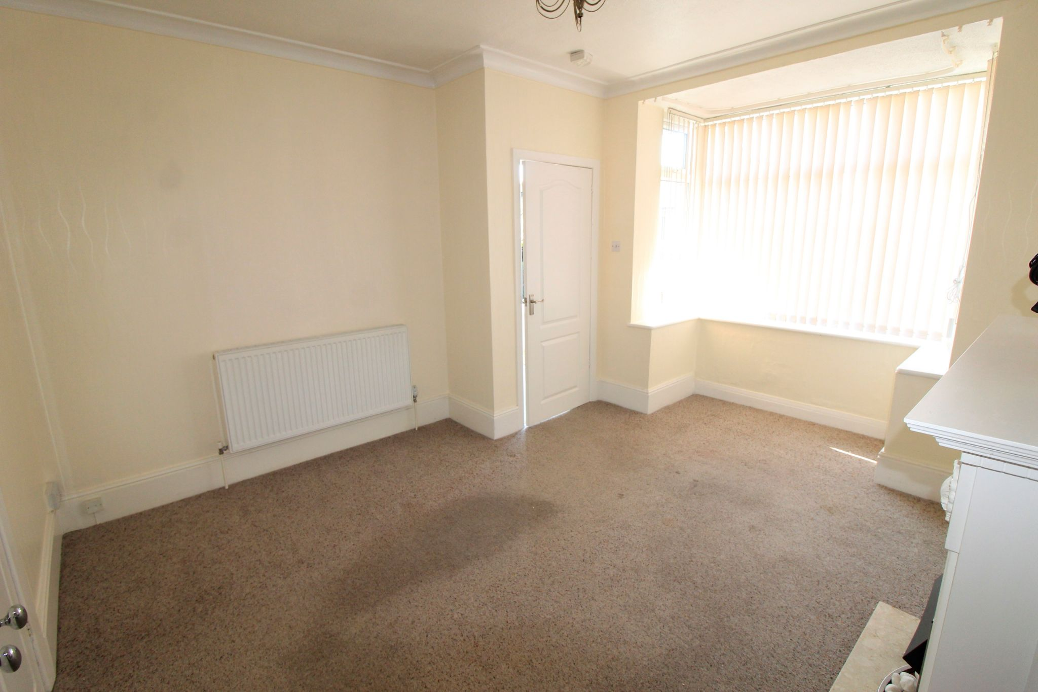 2 bedroom semi-detached house Let in Bradford - Lounge