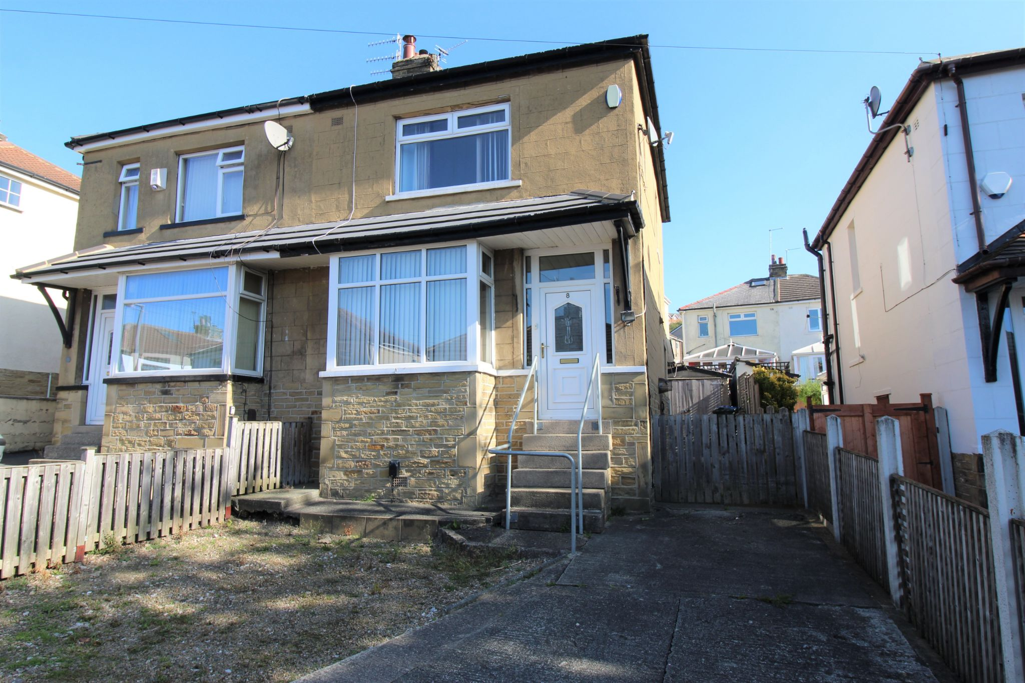 2 bedroom semi-detached house Let in Bradford - Front aspect
