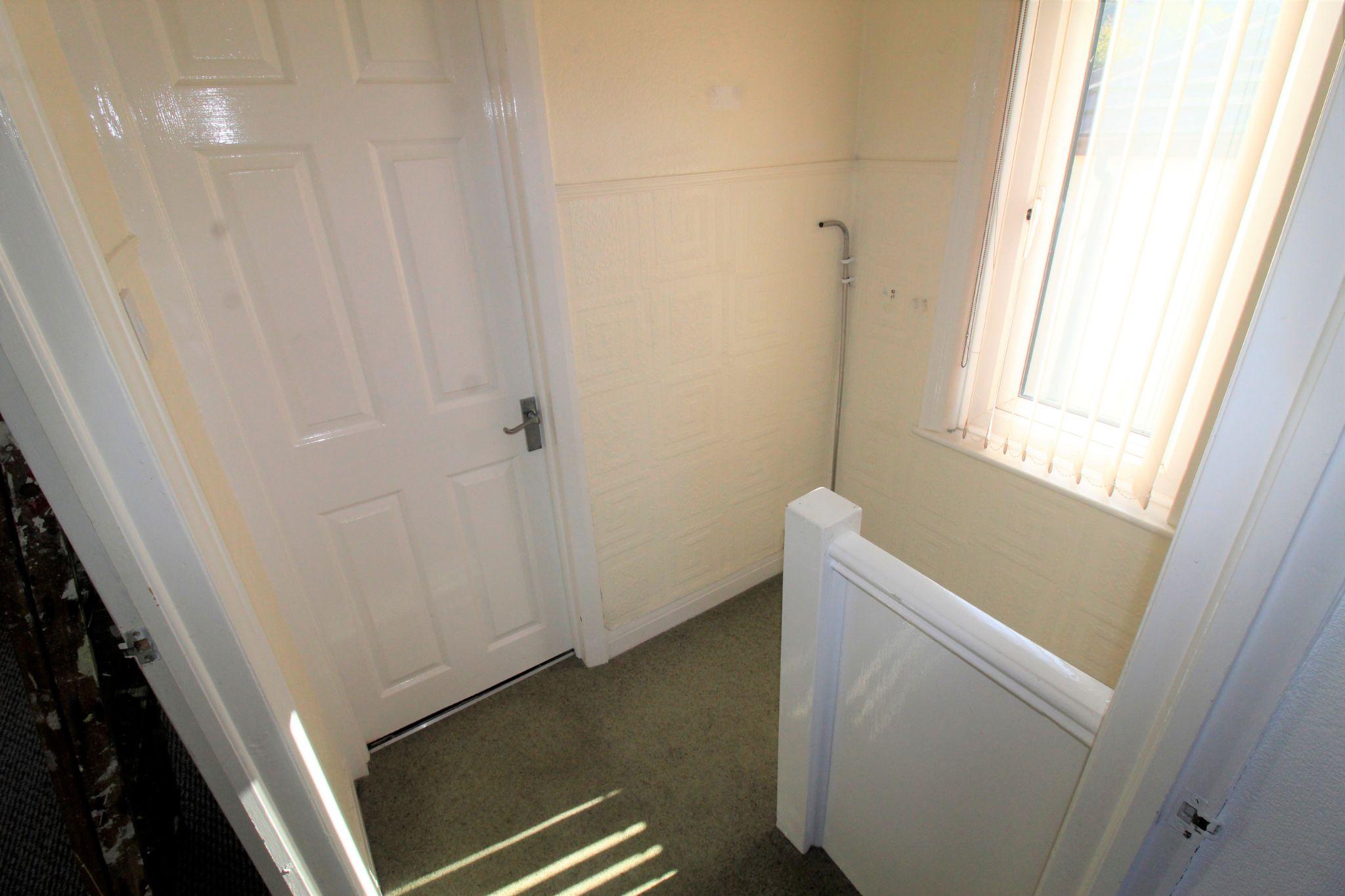 2 bedroom semi-detached house Let in Bradford - Landing