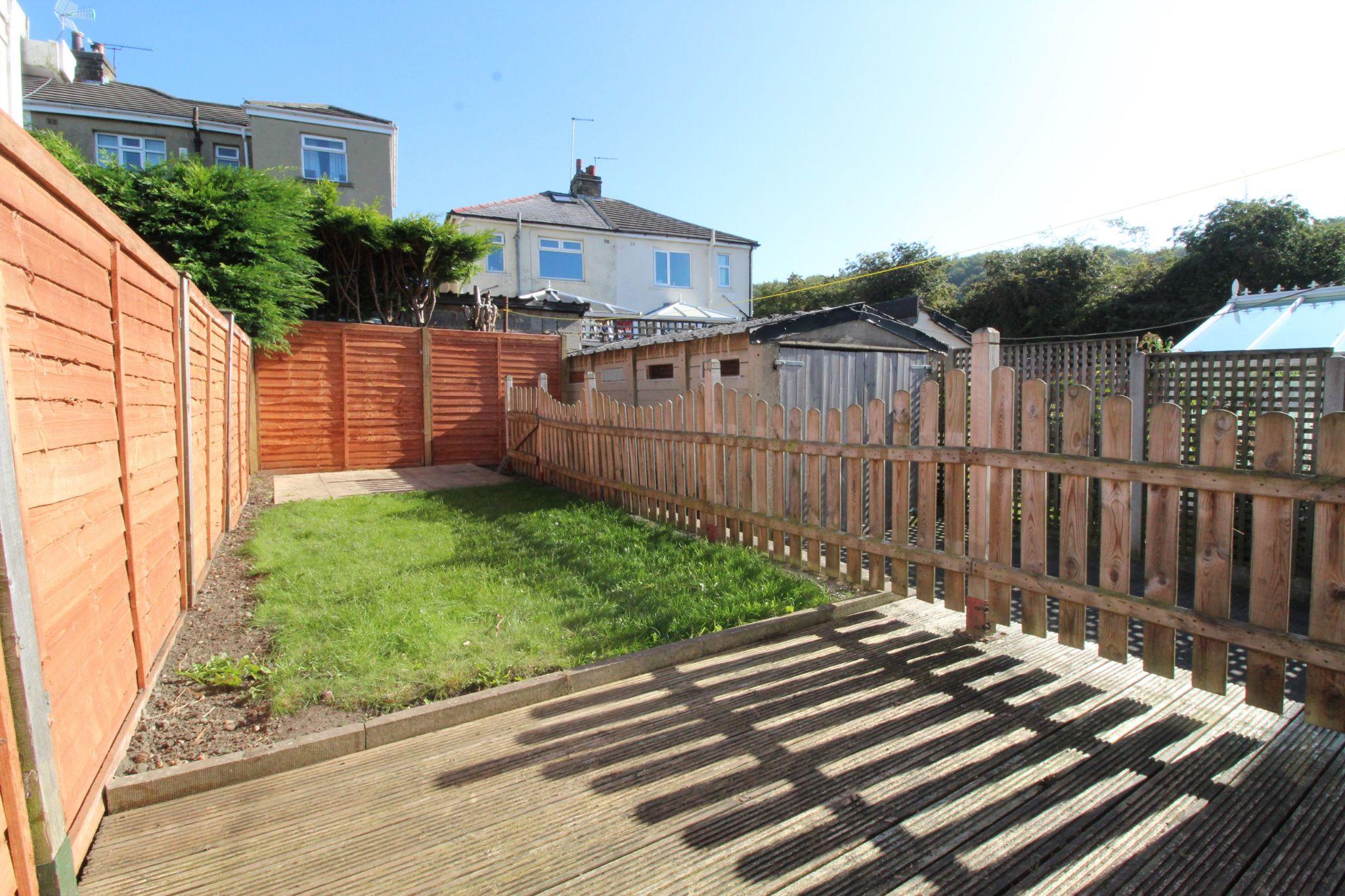 2 bedroom semi-detached house Let in Bradford - Rear garden