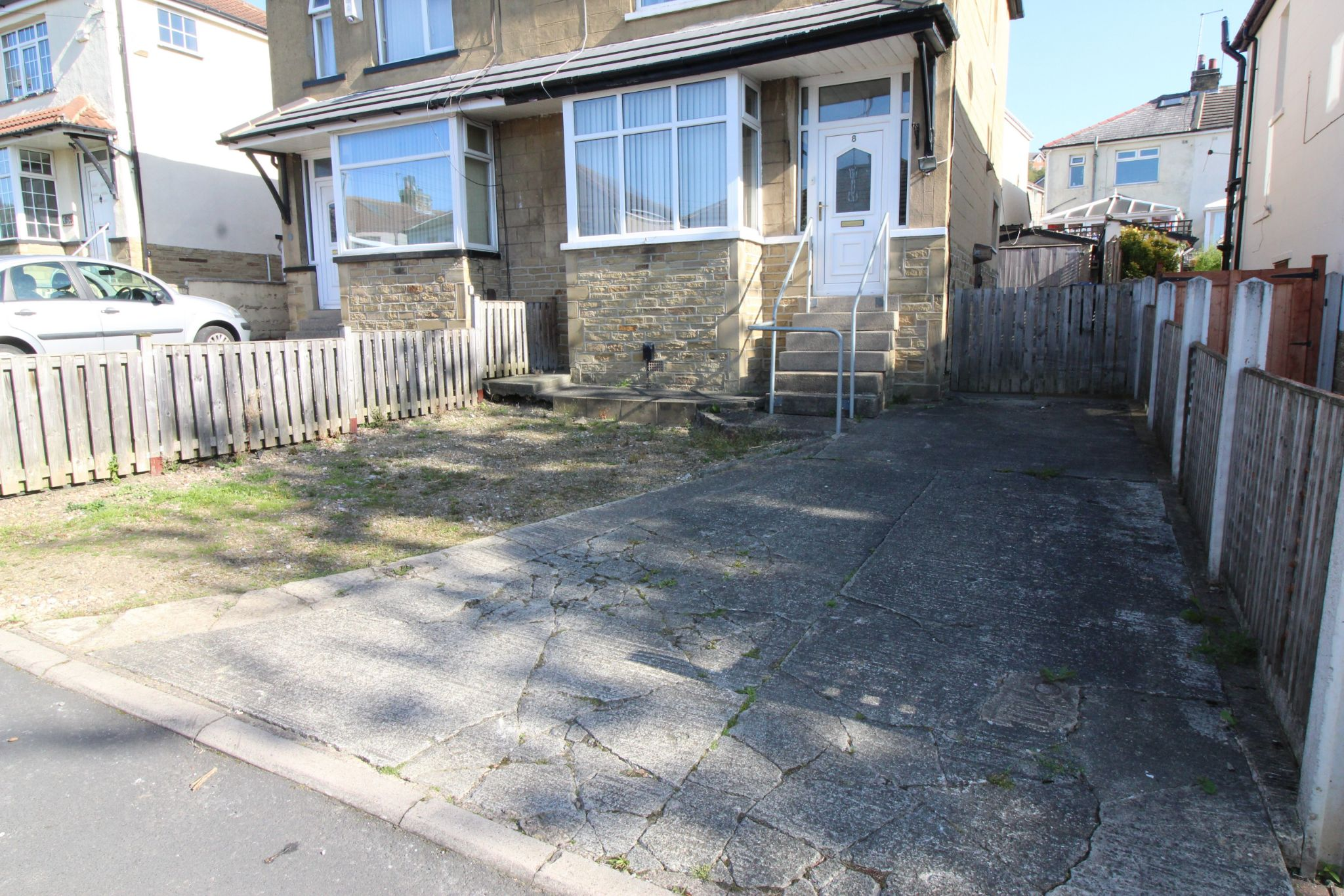 2 bedroom semi-detached house Let in Bradford - Front drive