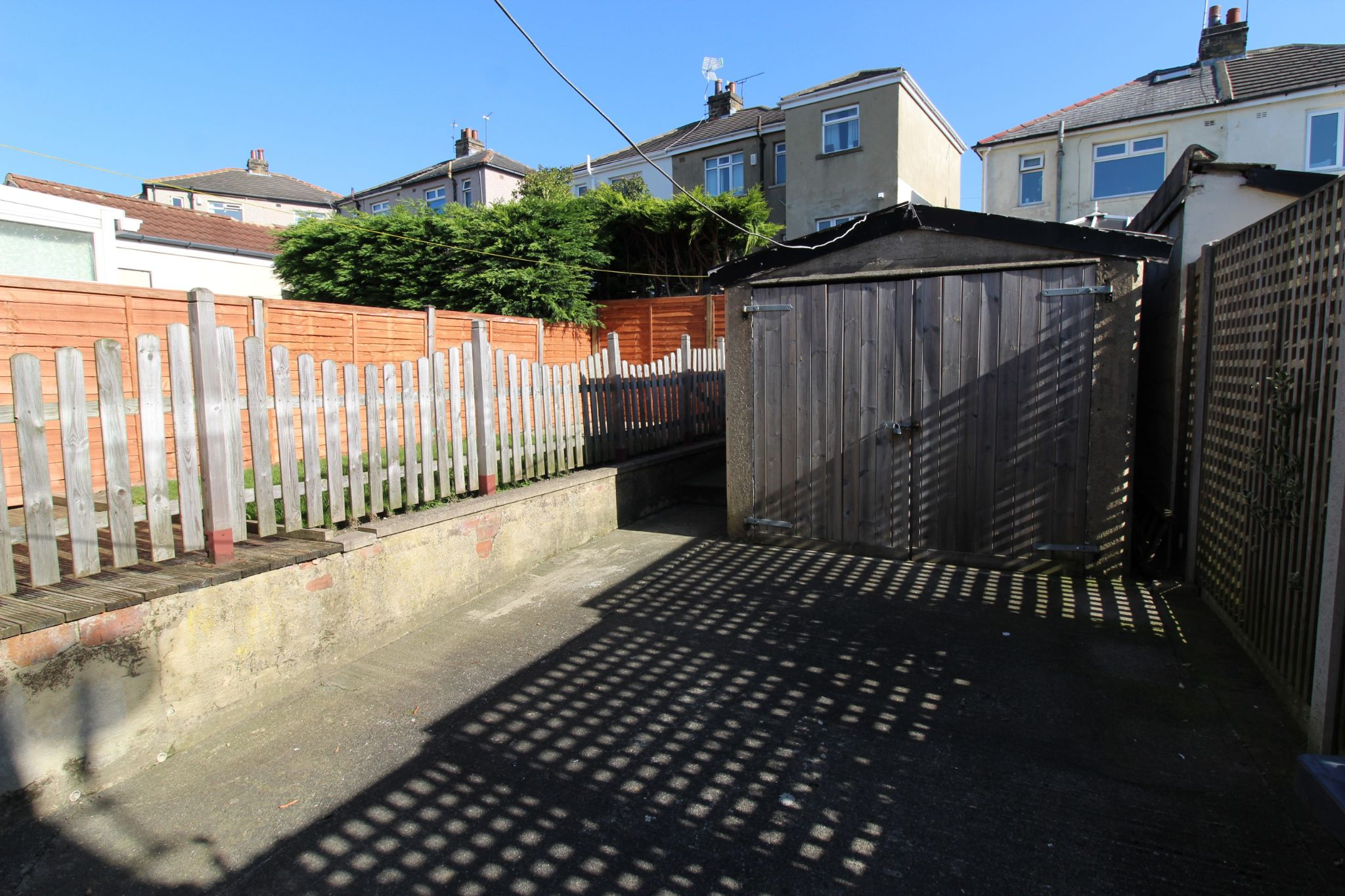 2 bedroom semi-detached house Let in Bradford - Garage