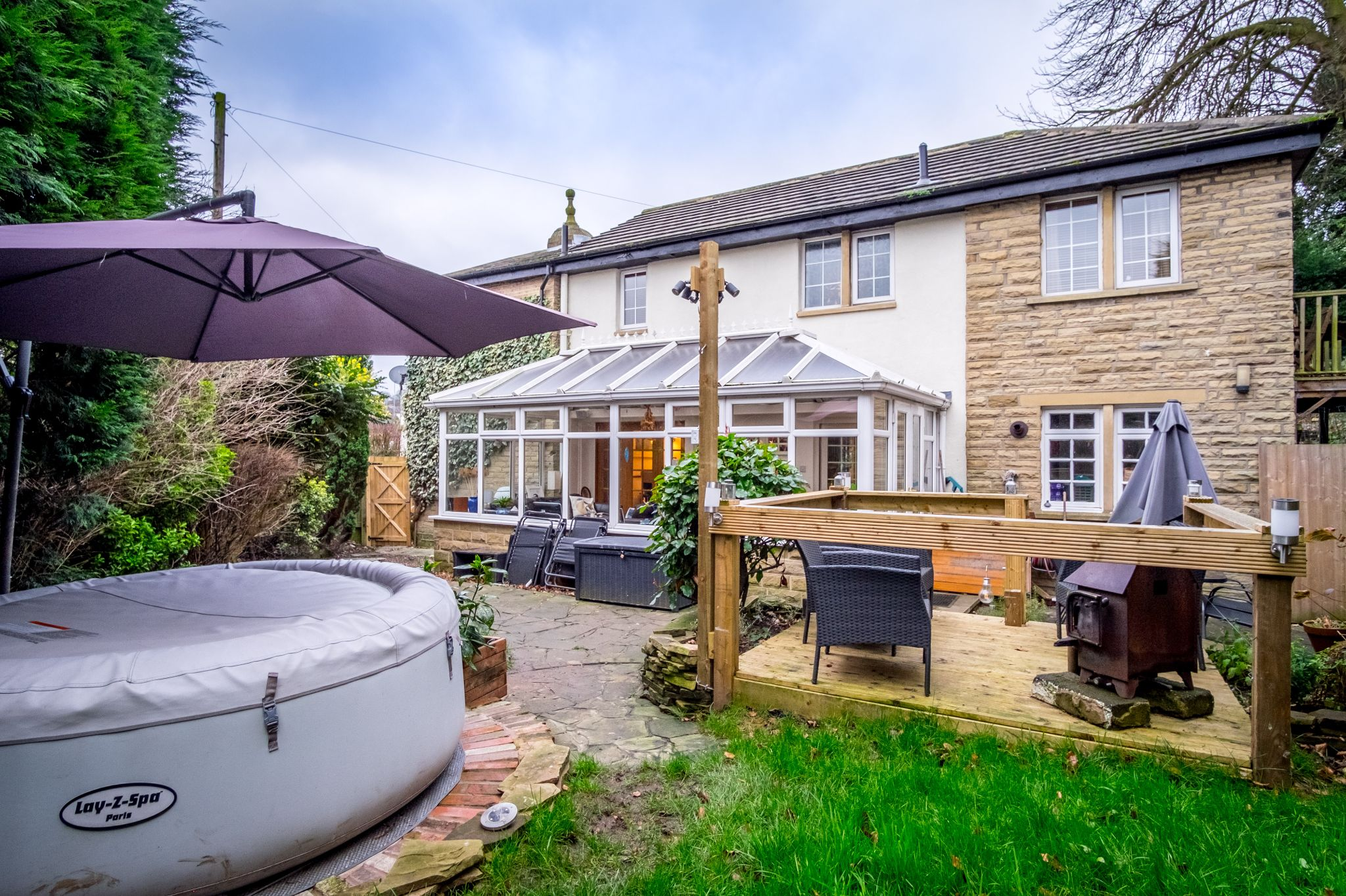 3 bedroom detached house For Sale in Brighouse - Property photograph