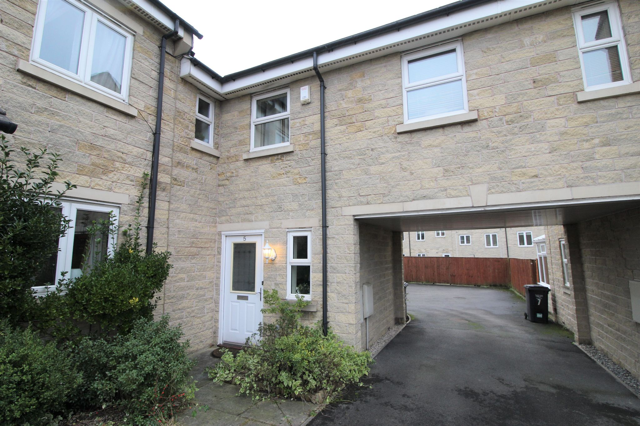 2 bedroom town house Let in Brighouse - Photograph 1