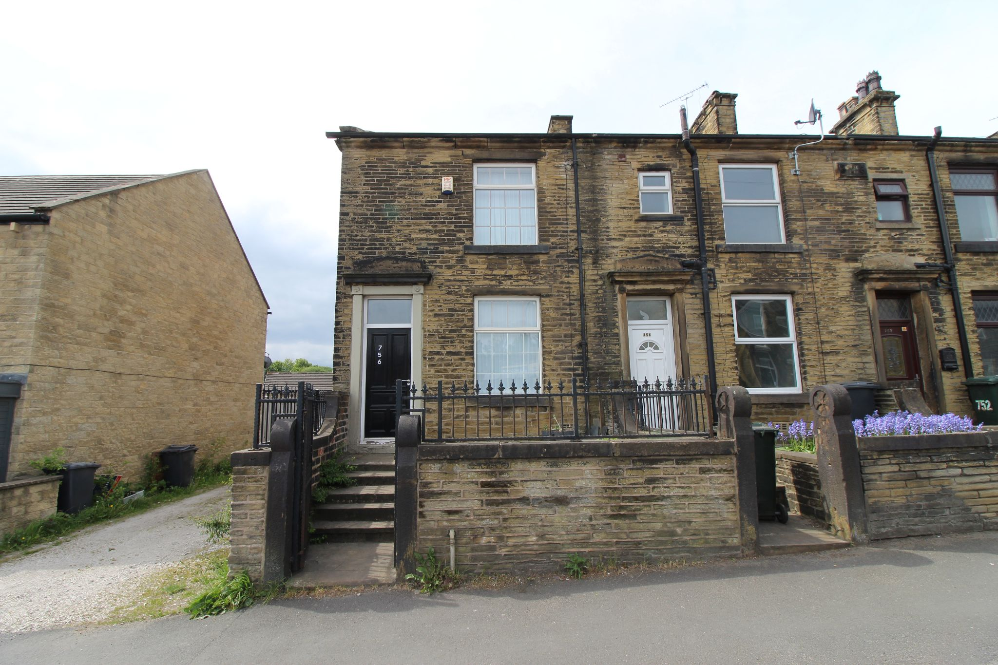 2 bedroom end terraced house Let in Bradford - Front elevation