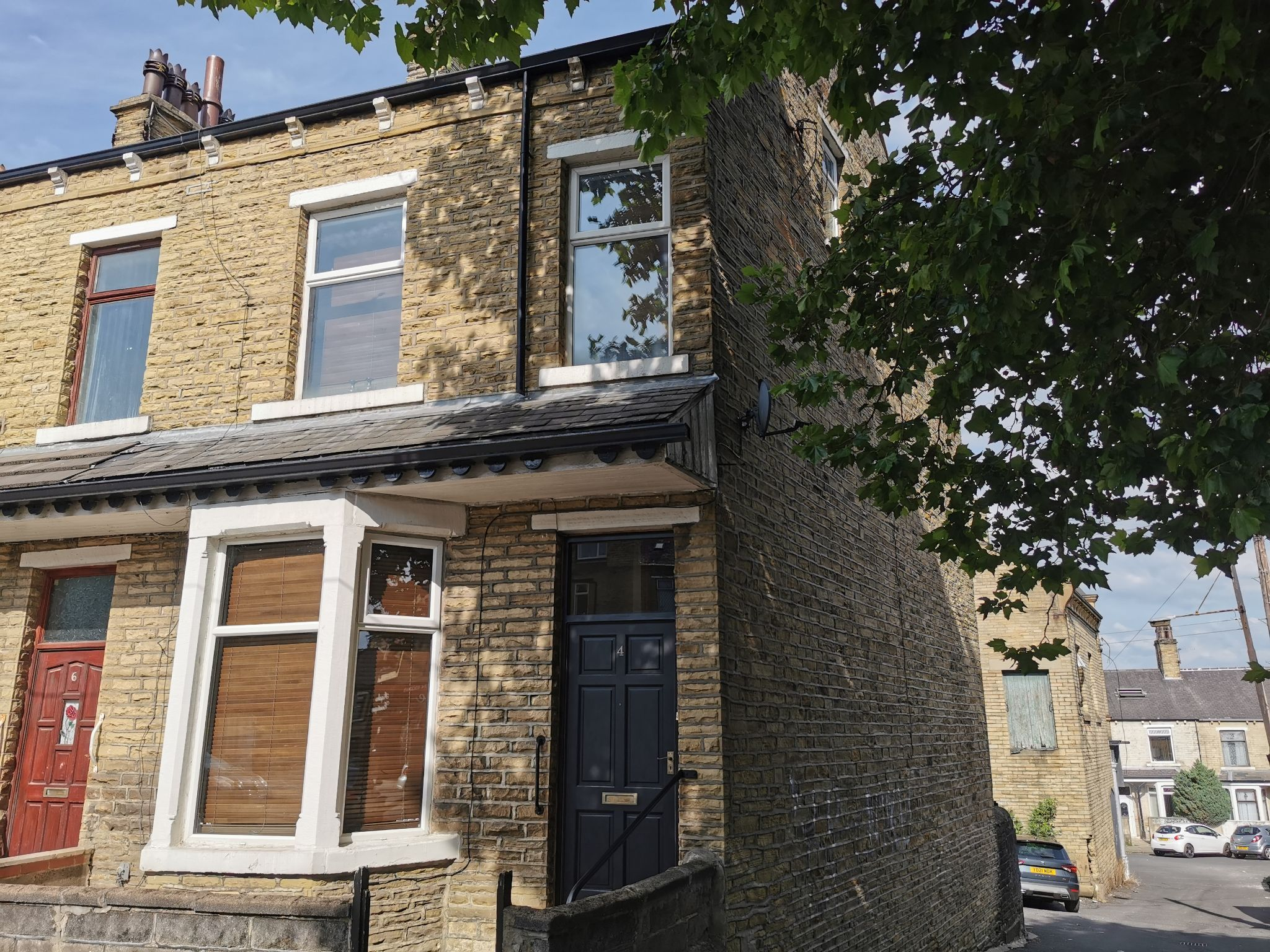 4 bedroom end terraced house For Sale in Bradford - Photograph 1.