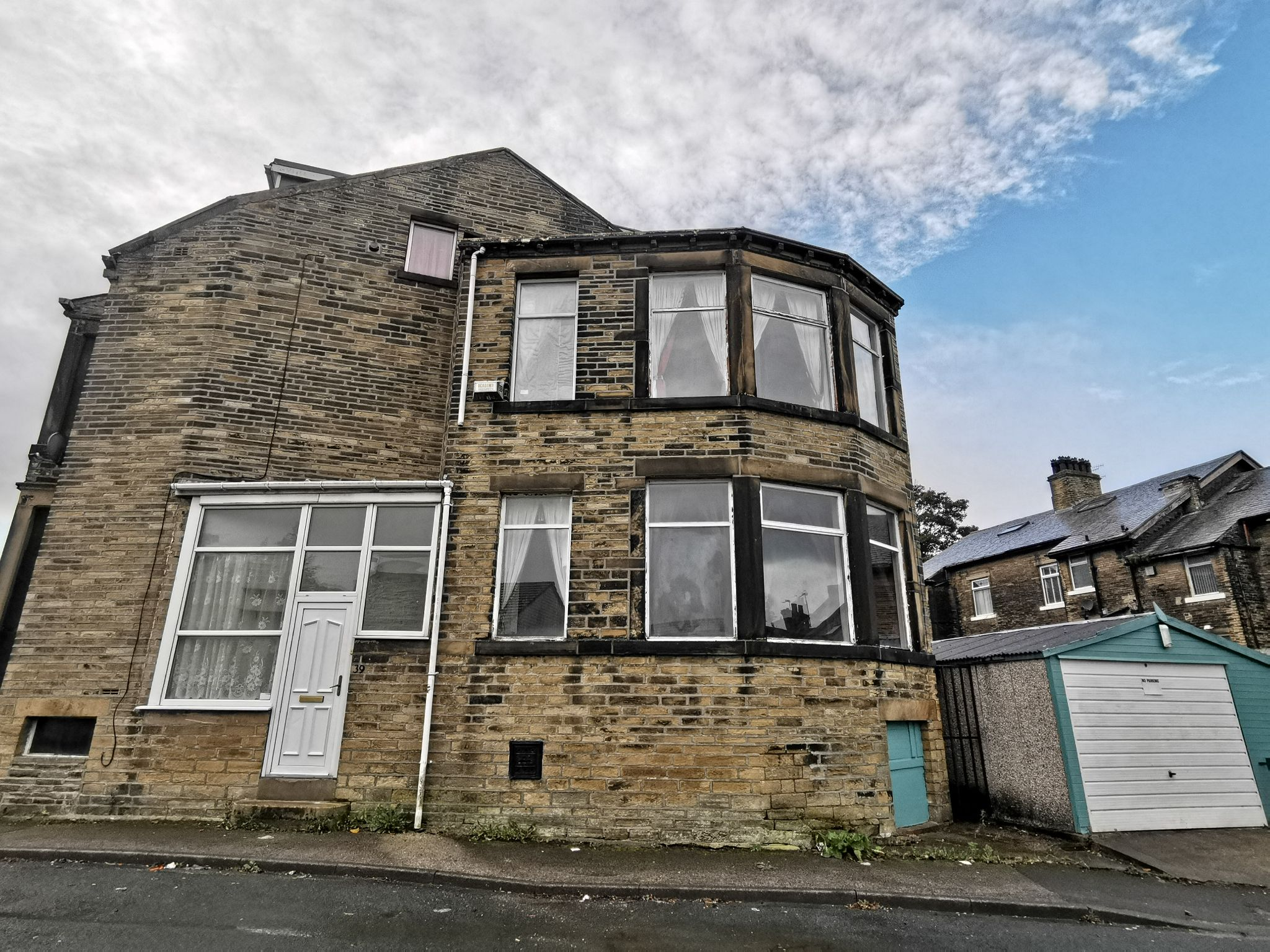 4 bedroom end terraced house in Bradford - Photograph 1.