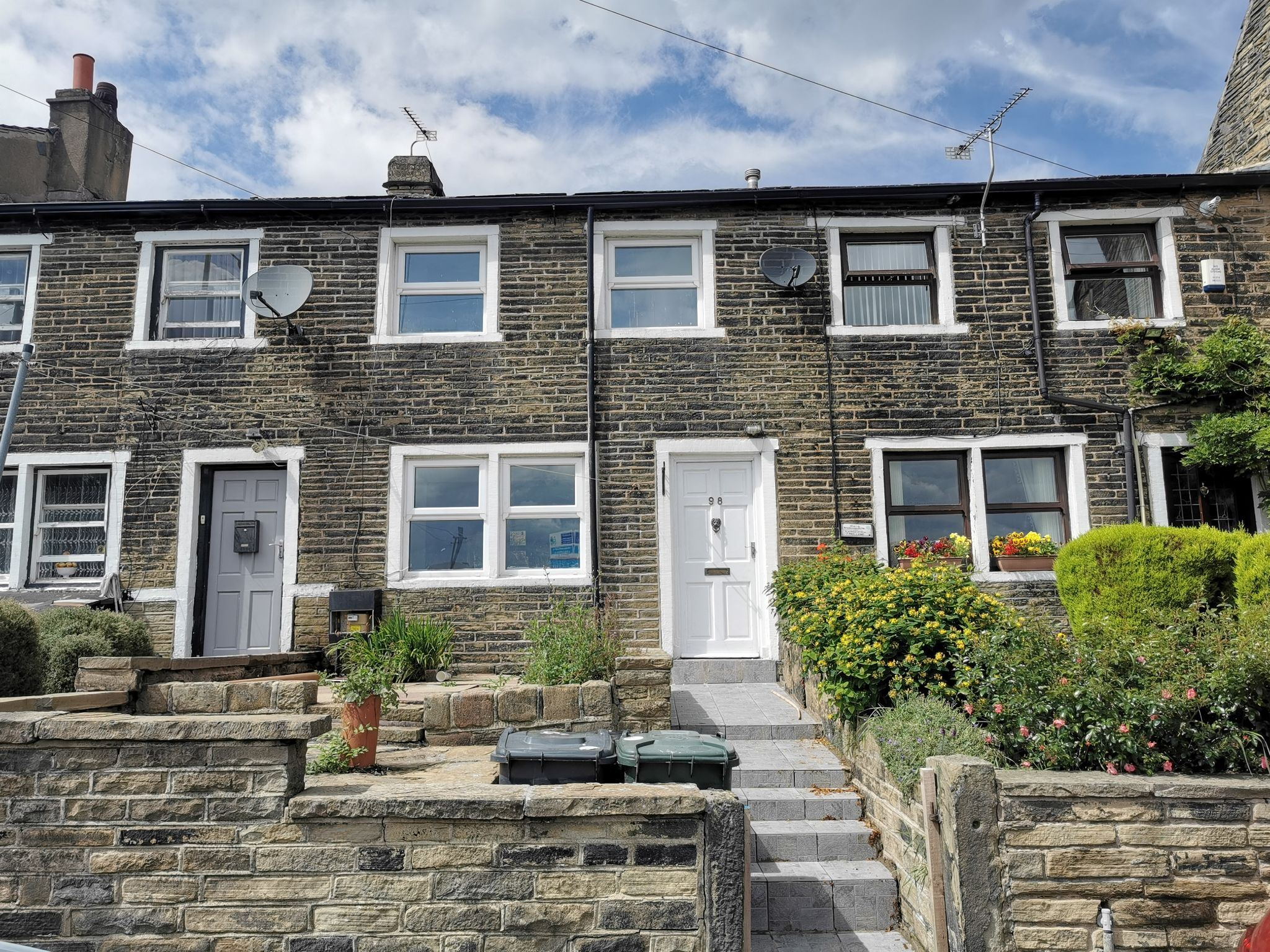 2 bedroom cottage house For Sale in Bradford - Photograph 1.