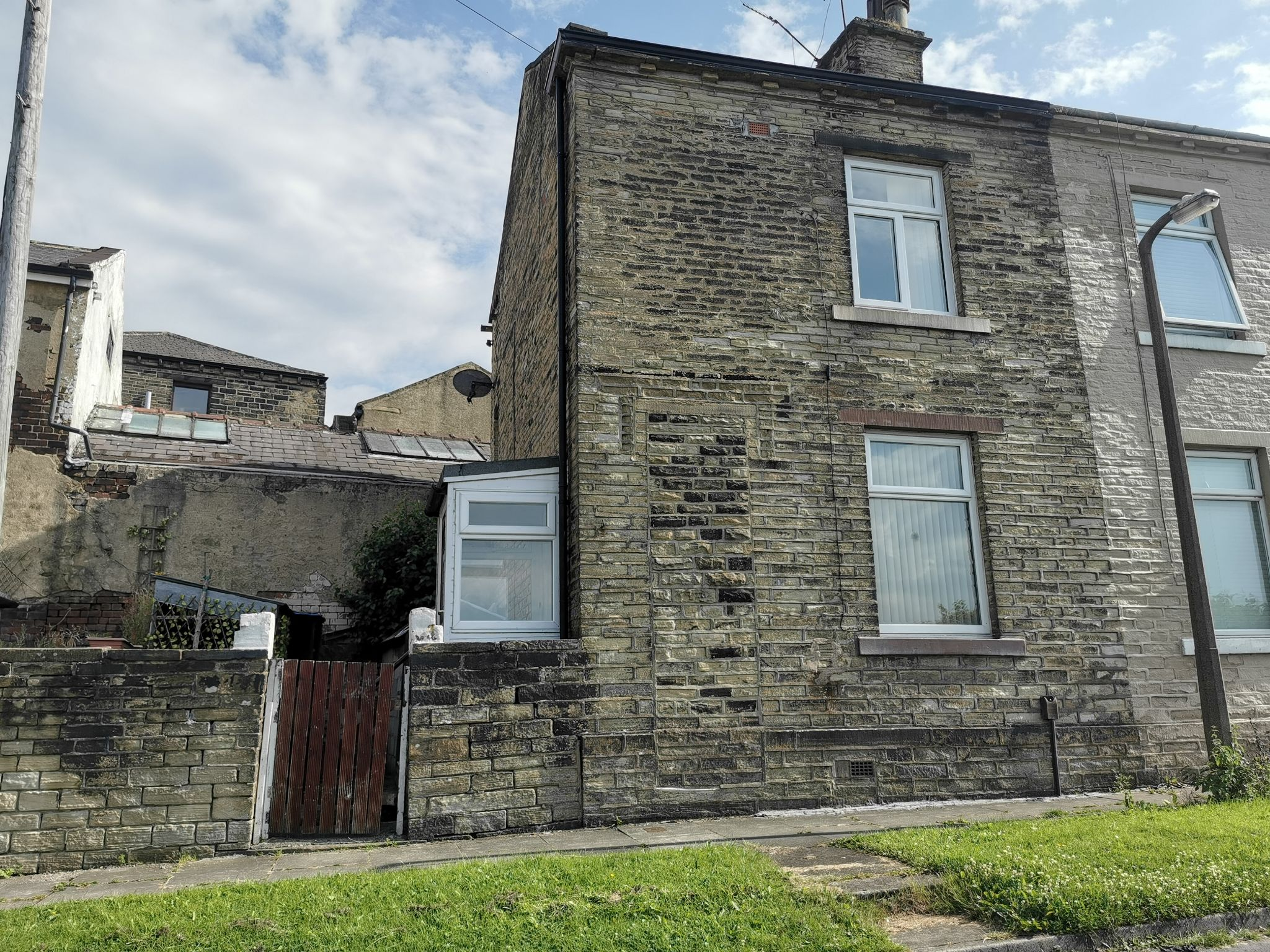 1 bedroom mid terraced house For Sale in Bradford - Photograph 1.
